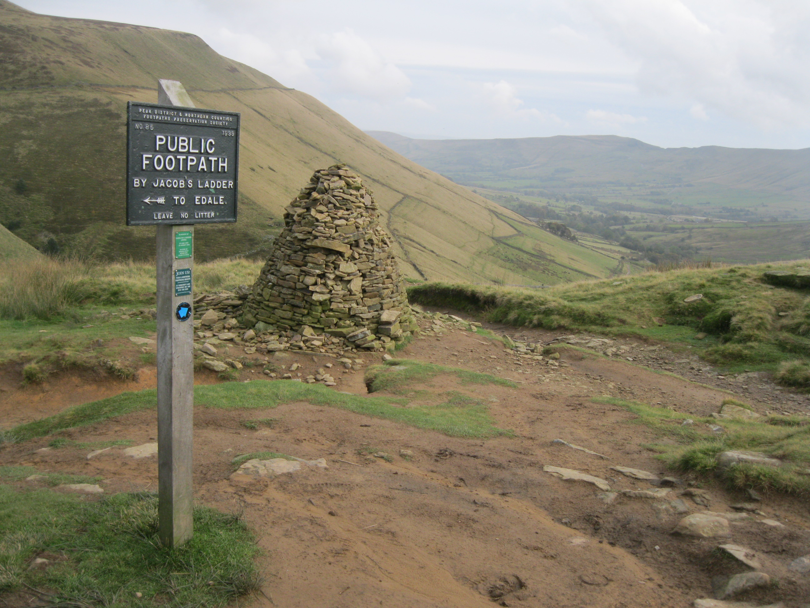 File:Pennine Way, Edale from Kinder Scout, Peak District, Derbyshire  (8120126842).jpg - Wikimedia Commons