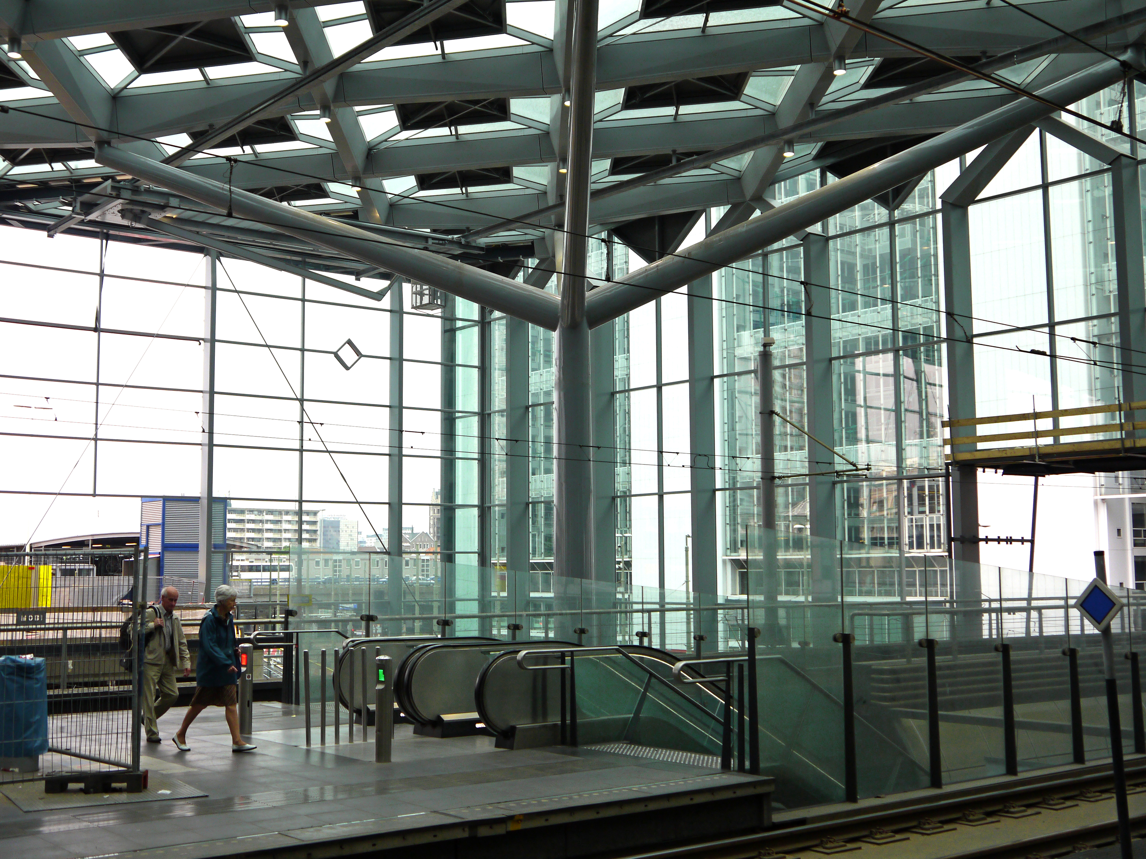 file:photo of new transparent roof and glass walls of central