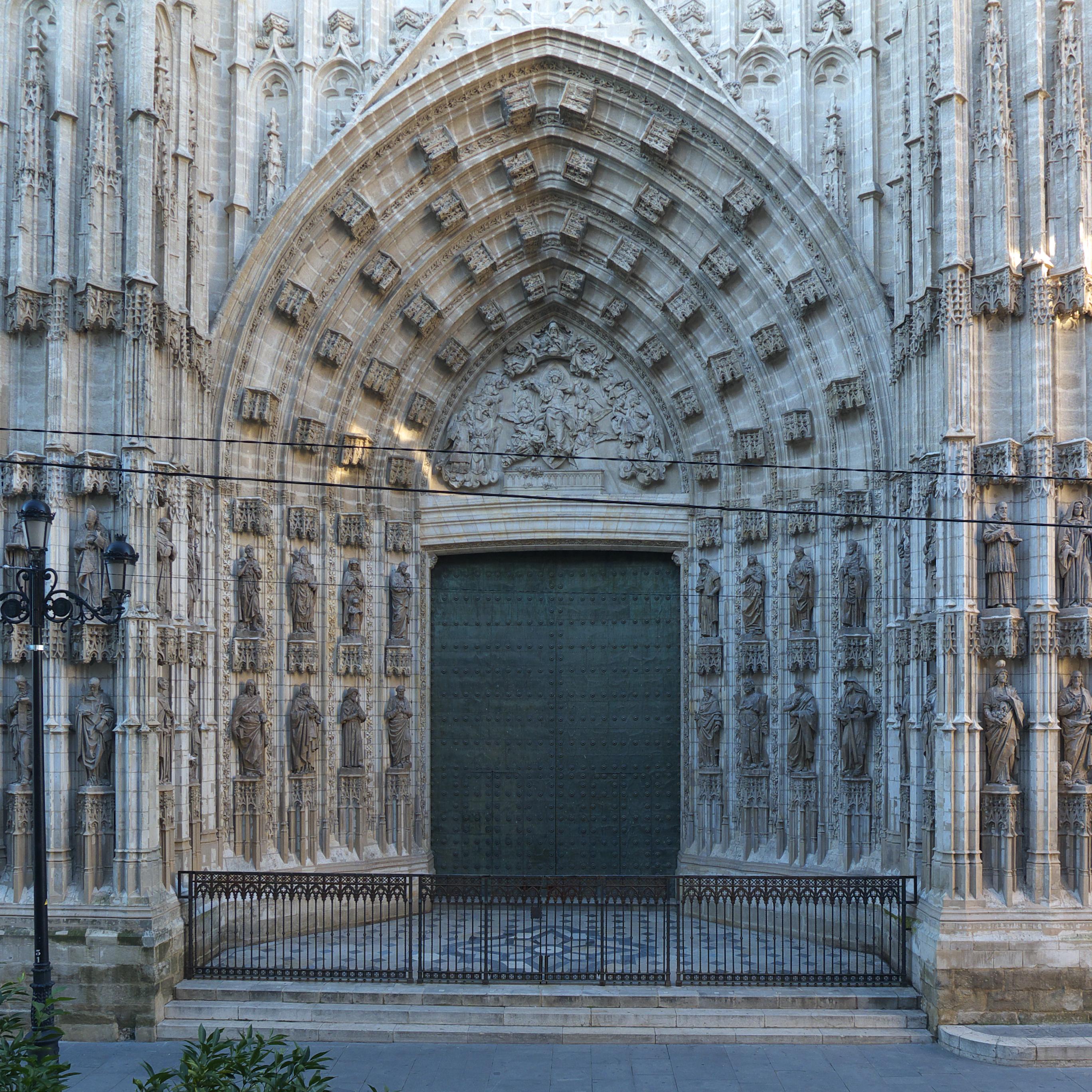 File puerta de la asunci n catedral de - Puertas de interior en sevilla ...