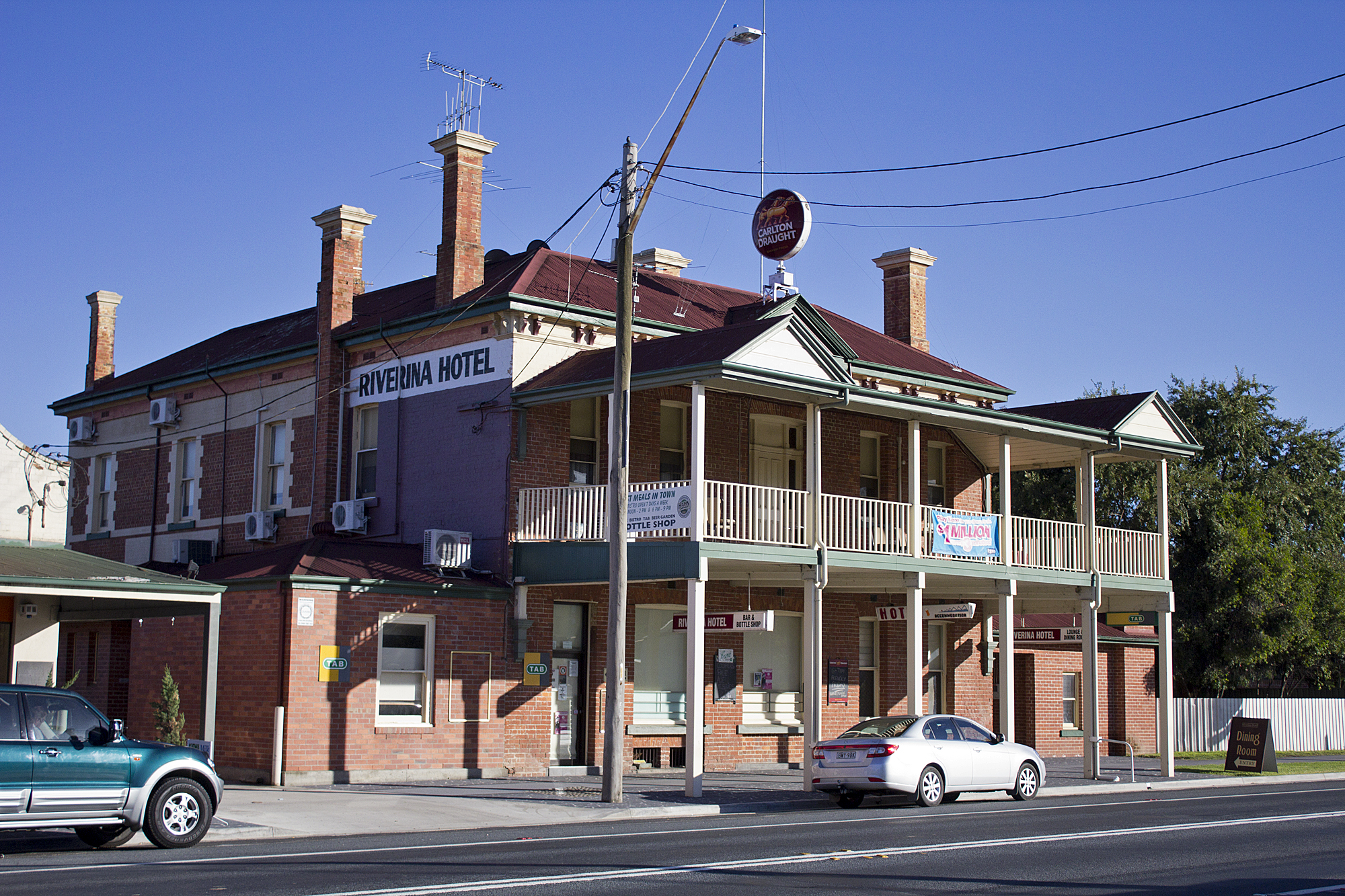 File Riverina Hotel Located On The Hume Highway In Holbrook Jpg