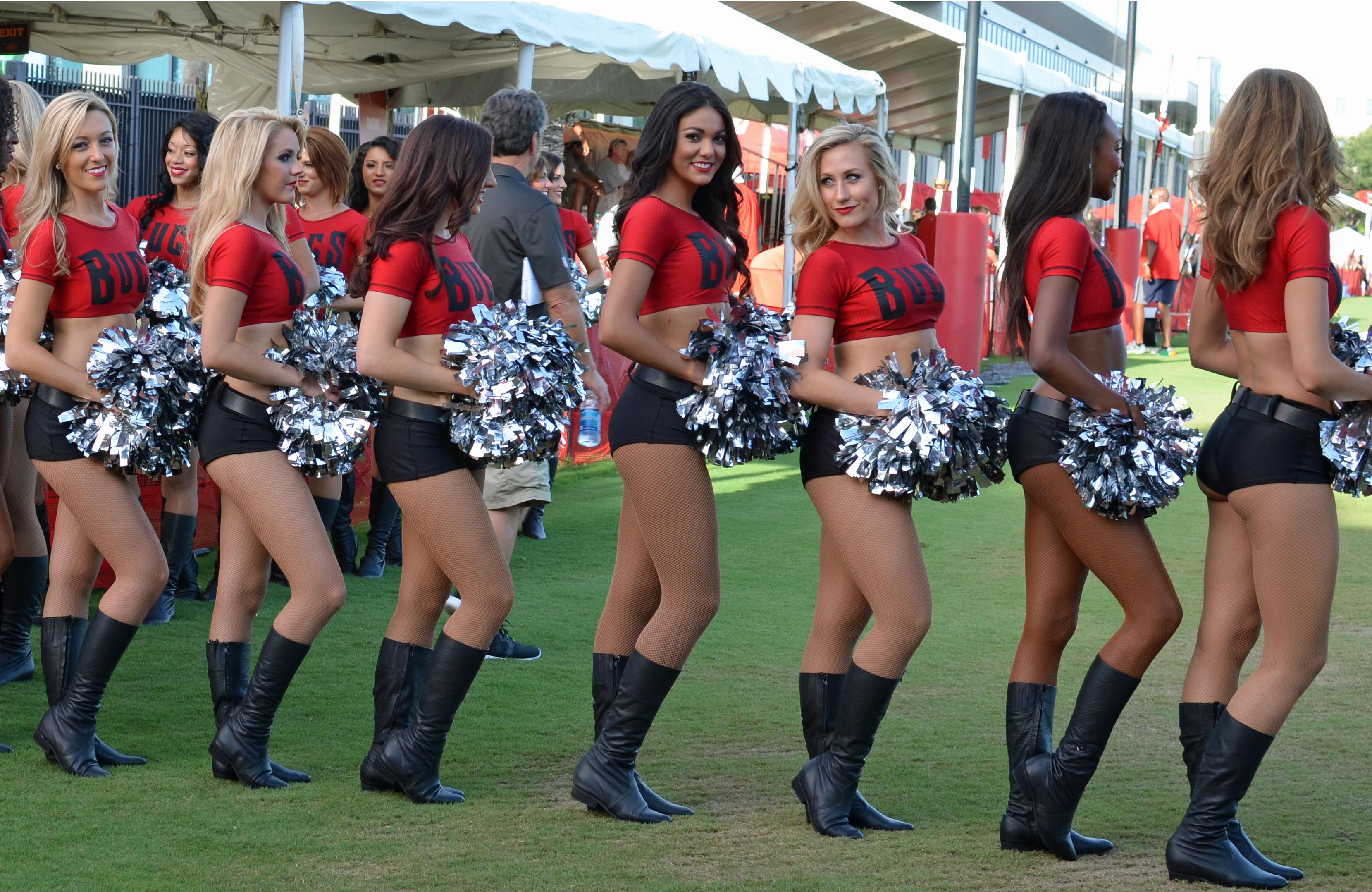 file tampa bay buccaneers cheerleading squad jpg wikimedia commons https commons wikimedia org wiki file tampa bay buccaneers cheerleading squad jpg