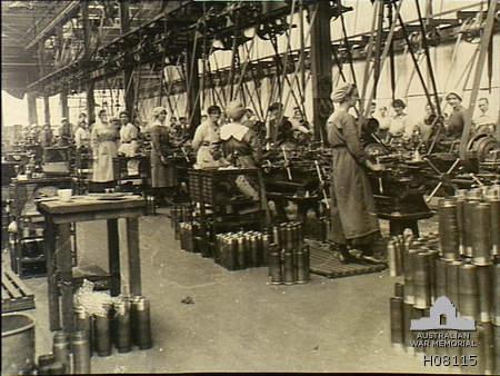 Travail - Femmes - Première Guerre mondiale - Munitionnettes - Usines - France - Économie de guerre - SchoolMouv - Histoire - CM2
