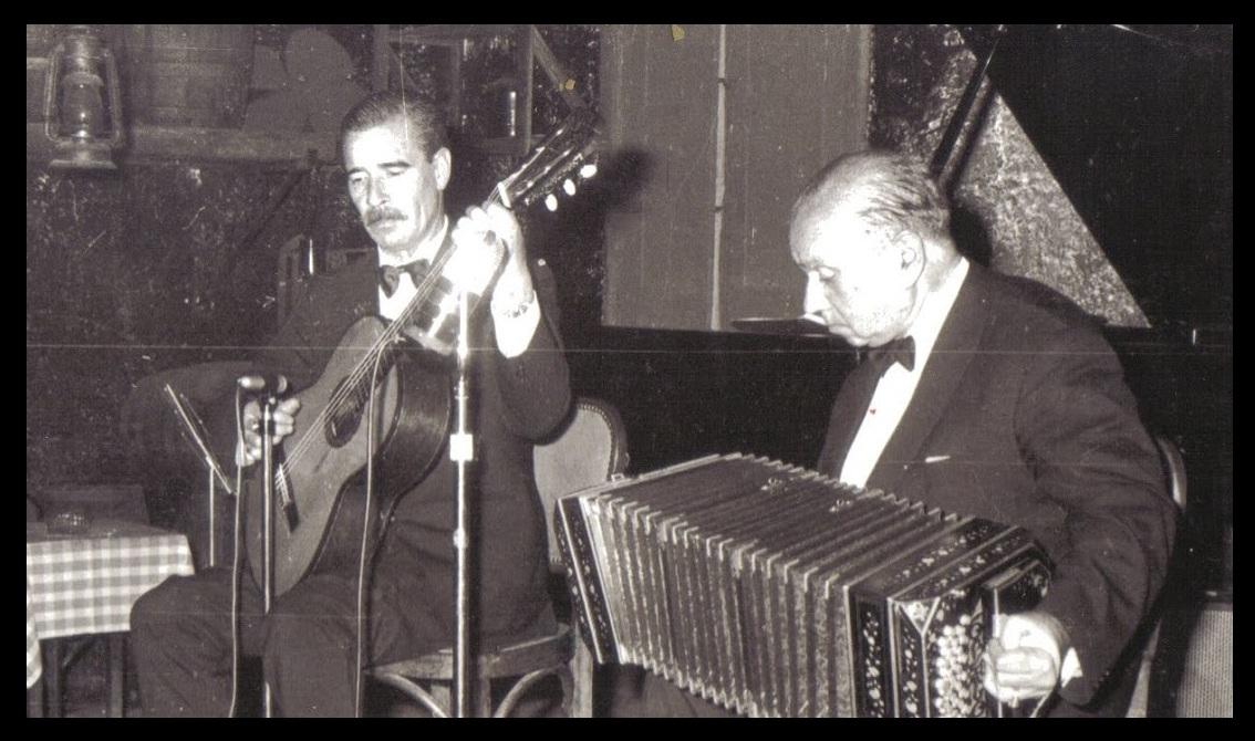 Edmundo Porteño Zaldívar tocando la guitarra junto a Ciriaco Ortiz en El Viejo Almacén (8 de julio de 1970).