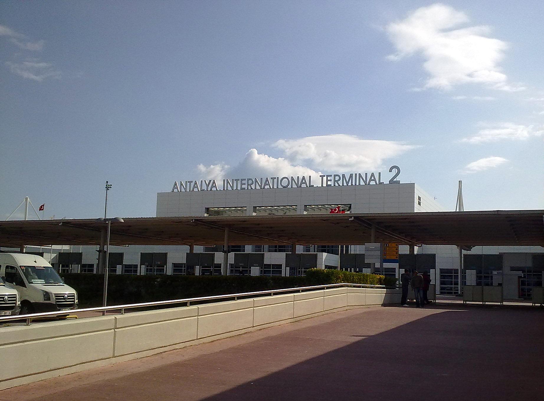 Стамбульский международный аэропорт им.Сабахи Гёкчен (это была первая в мире женщина-военный пилот) - менее масштабен...
