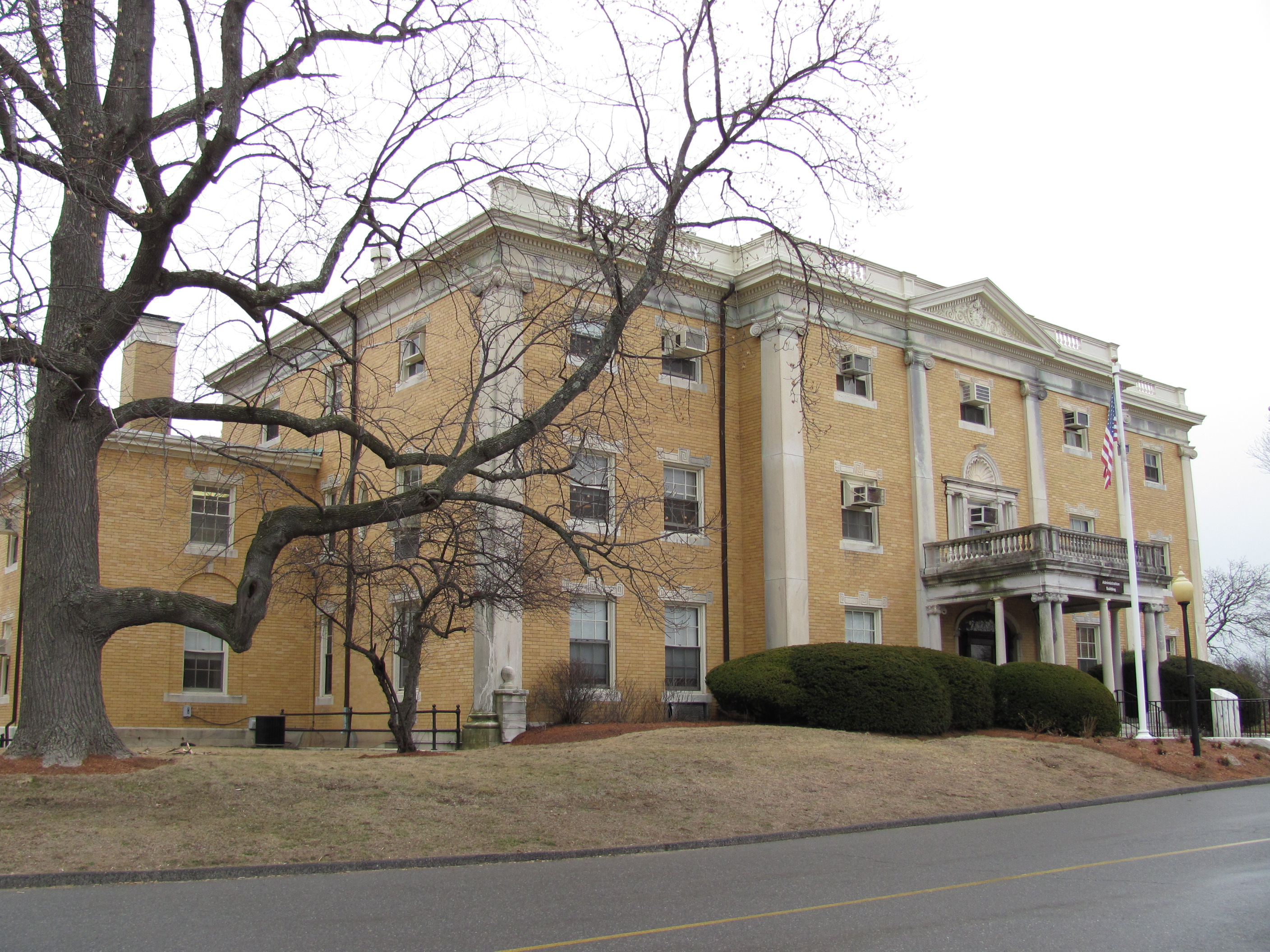 File:Administration Building, McLean Hospital, Belmont MA.jpg - Wikimedia  Commons