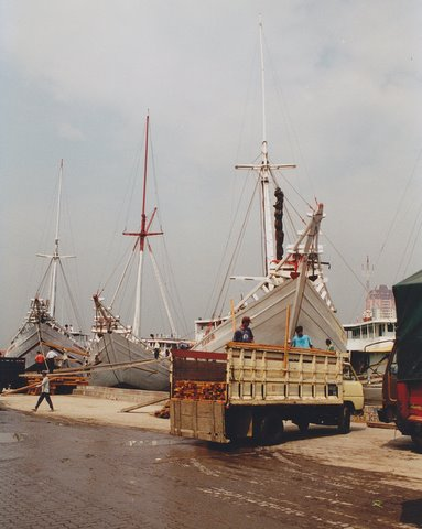 File:Boats in the port of Jakarta.jpg