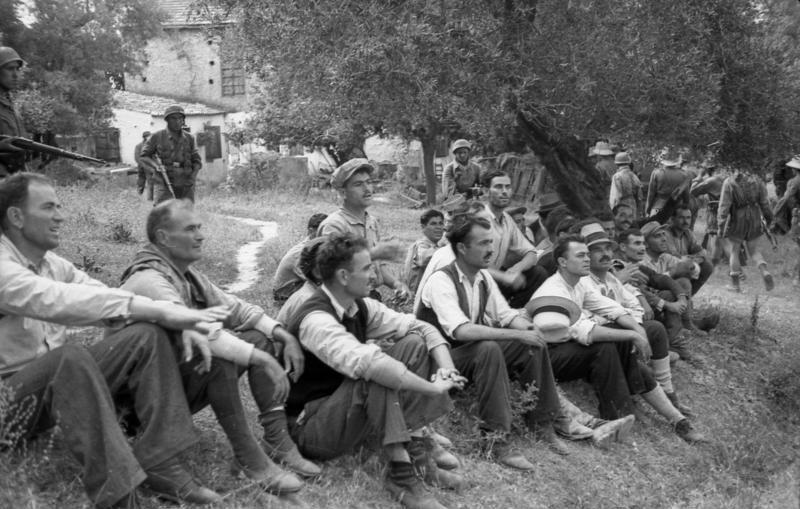 Οι όμηροι του Κοντομαρί, Κρήτη, 1941 (φωτ. Φραντς Πέτερ Βάιξλερ)