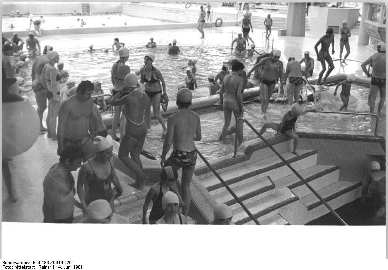 File:Bundesarchiv Bild 183 Z0614 026, Berlin, SEZ, Schwimmbecken.