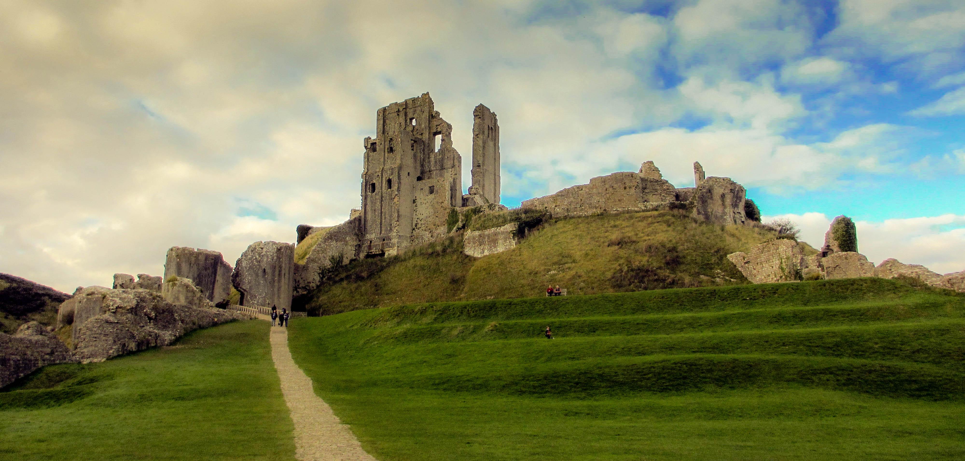 how did the development of gunpowder affect castles
