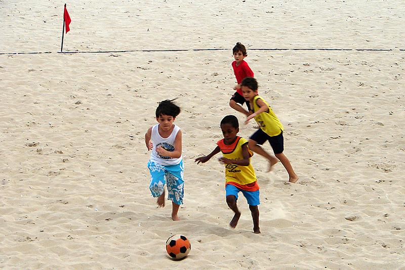 Crian%C3%A7as jogando futebol de areia.jpg