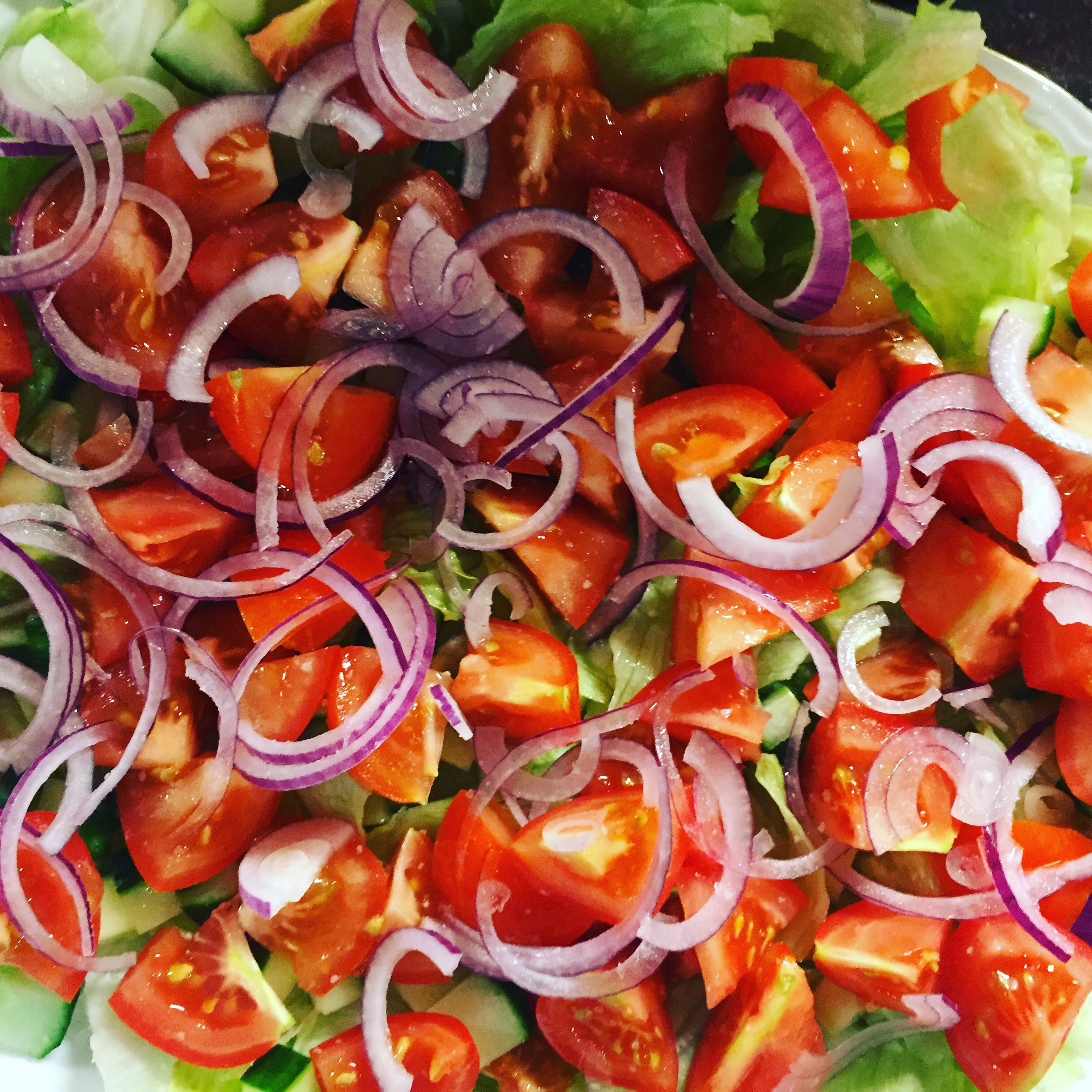 Salad with tomatoes and onions.