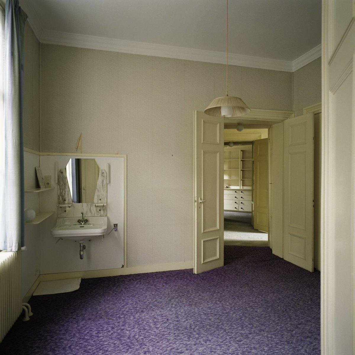 File interieur overzicht van slaapkamer met wastafel en met doorkijk naar de achtergelegen hal - Interieur slaapkamer ...