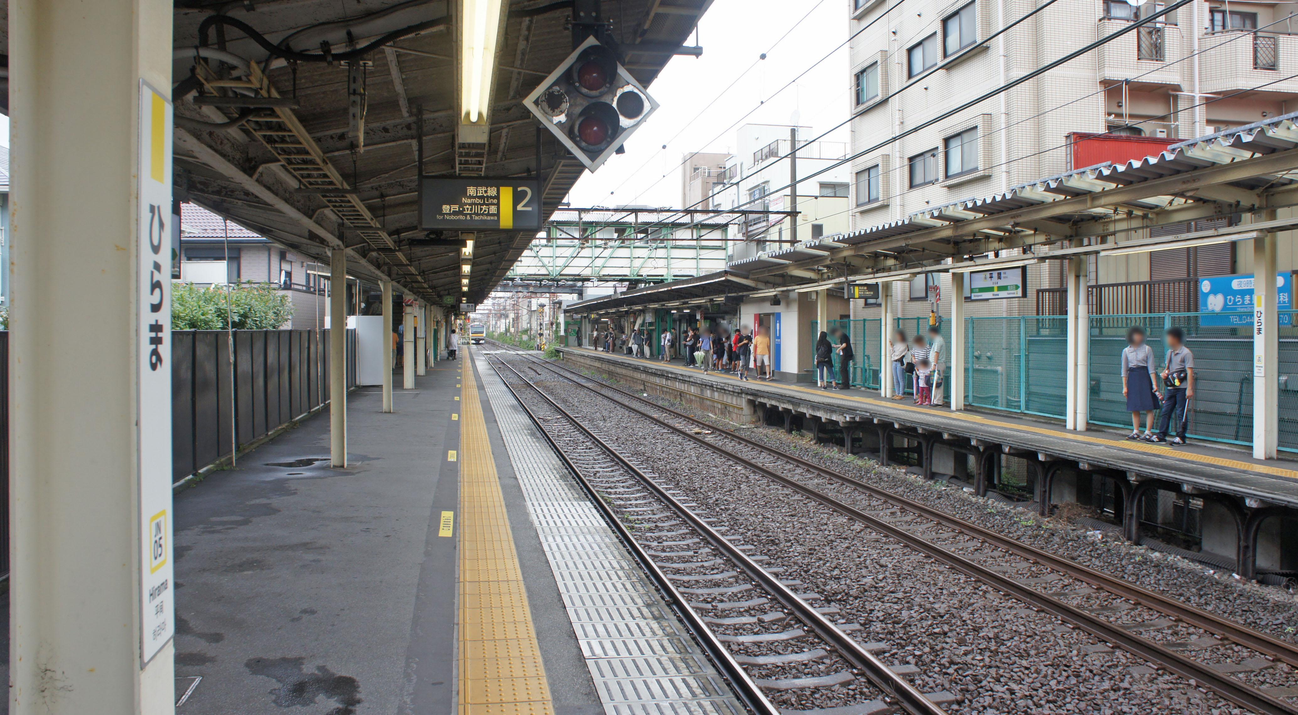 https://upload.wikimedia.org/wikipedia/commons/3/31/JR_Nambu-Line_Hirama_Station_Platform.jpg
