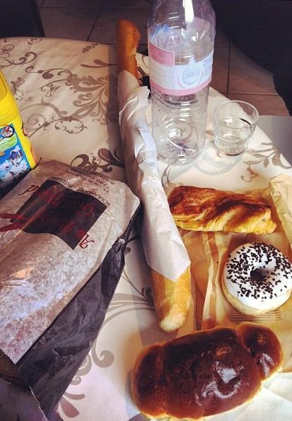 Les joies de la Belgique! Une baguette, une coquille, un pain complet, un donut, une pâtisserie au sucre: 5 euros septante cinq!! Pour 25€, j'achetais le fonds de commerce... Cc @elautju