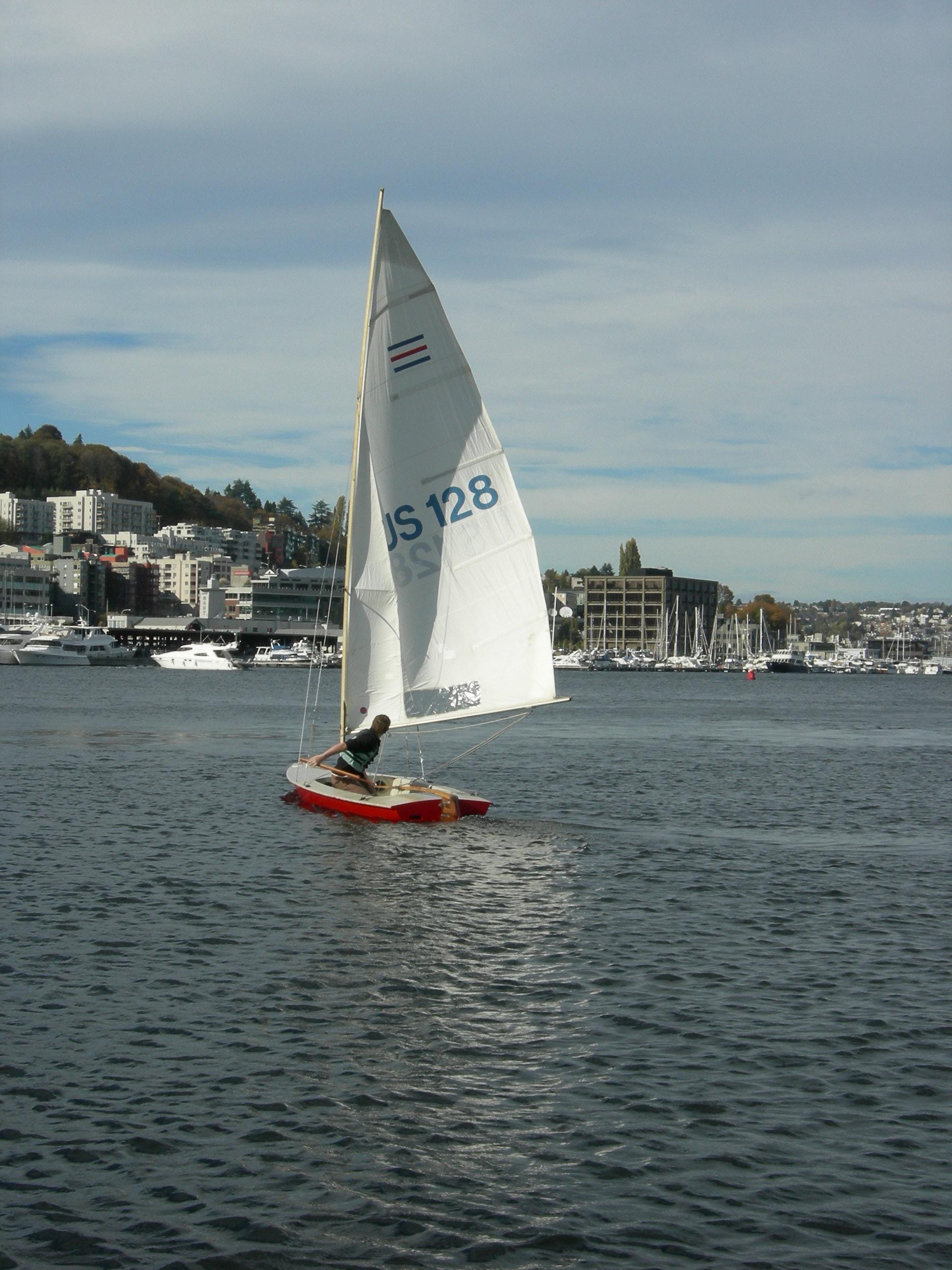 File:Small sailboat on Lake Union 03 jpg - Wikimedia Commons