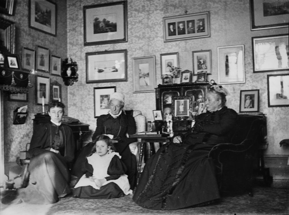 File Statelibqld 1 70371 Female Family Members Sitting In