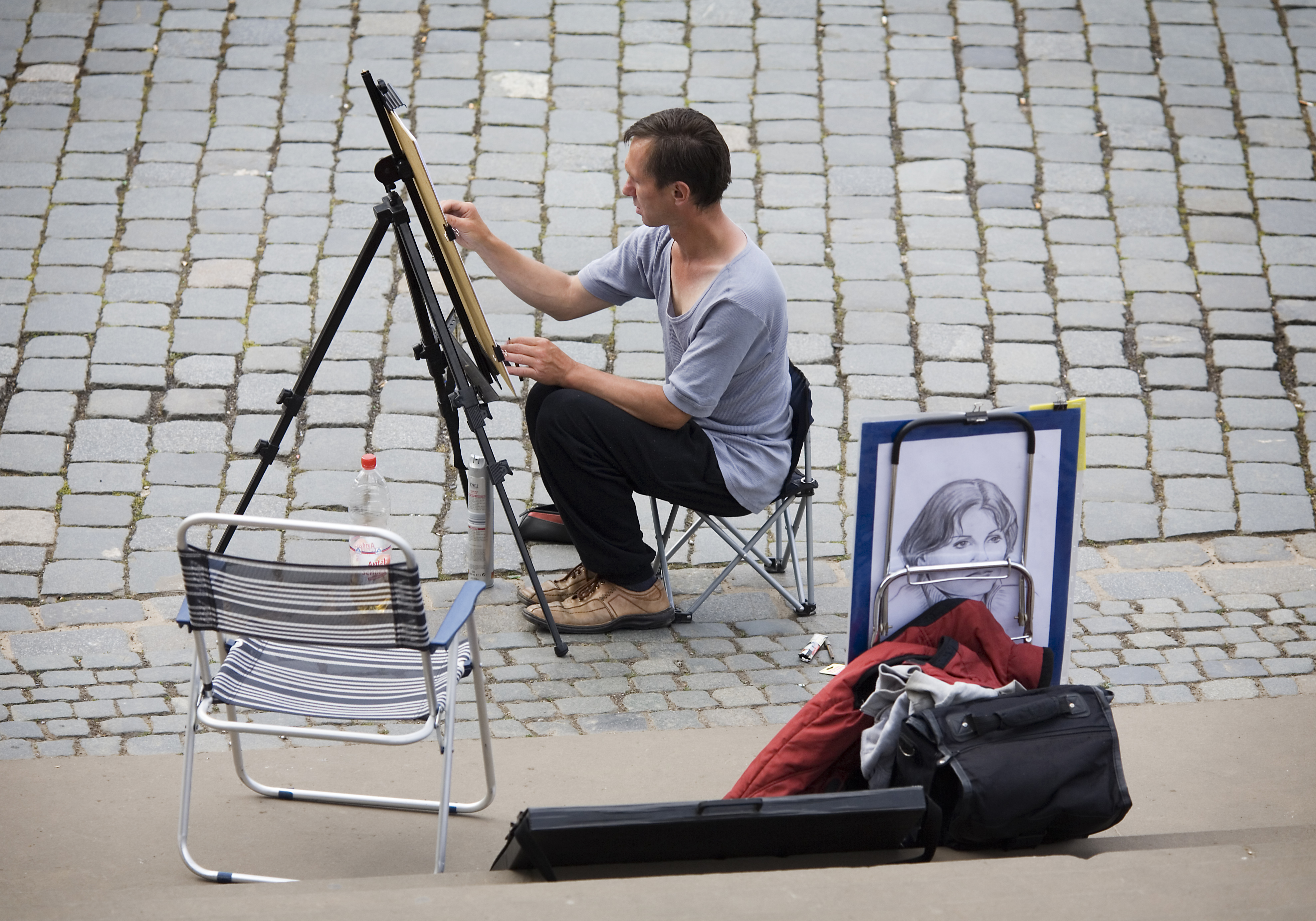 http://upload.wikimedia.org/wikipedia/commons/3/31/Street_artist_painting_in_a_painting_easel%2C_Dresden_-_1384.jpg