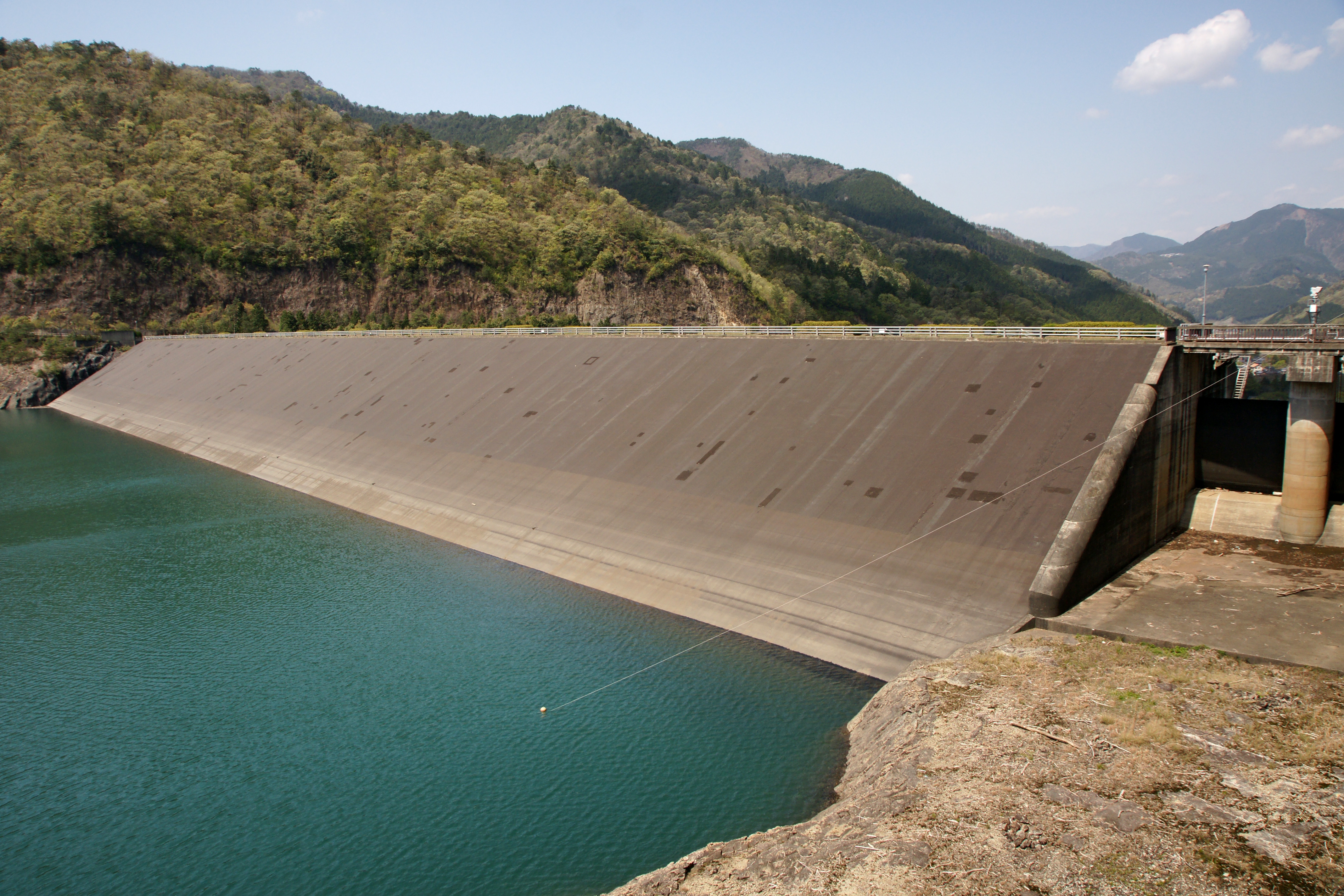 What are the causes of failure of earthen dams?