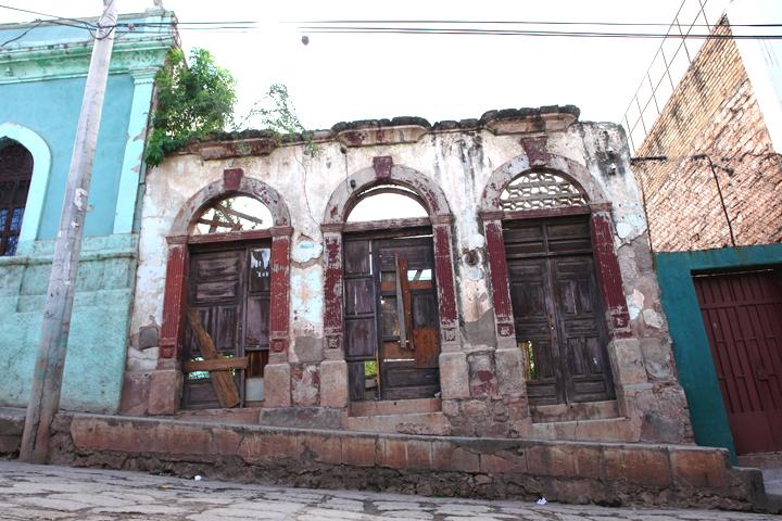 File:Tegucigalpa Honduras abandoned house.jpg