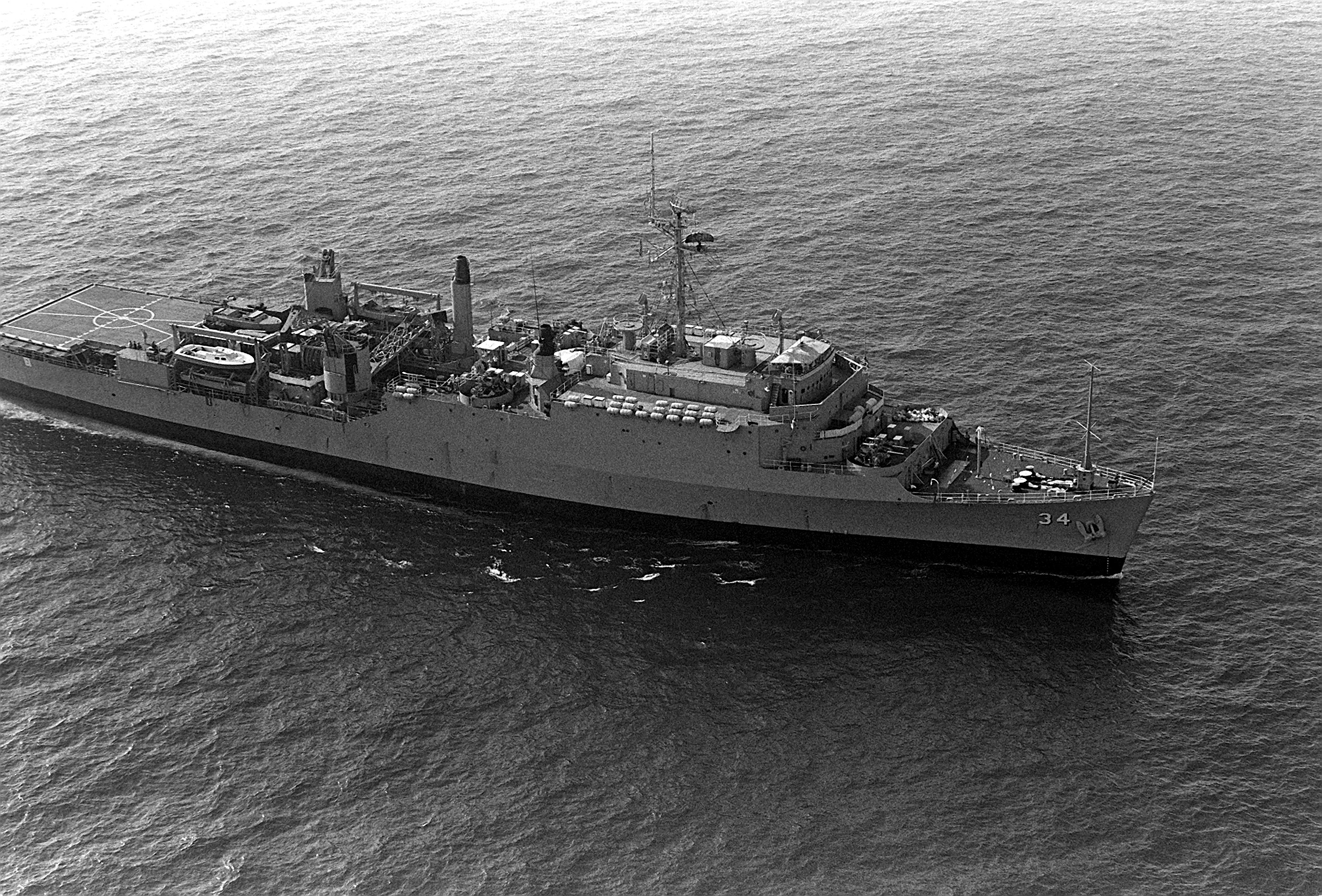 USS_Hermitage_(LSD-34)_underway_in_1982.