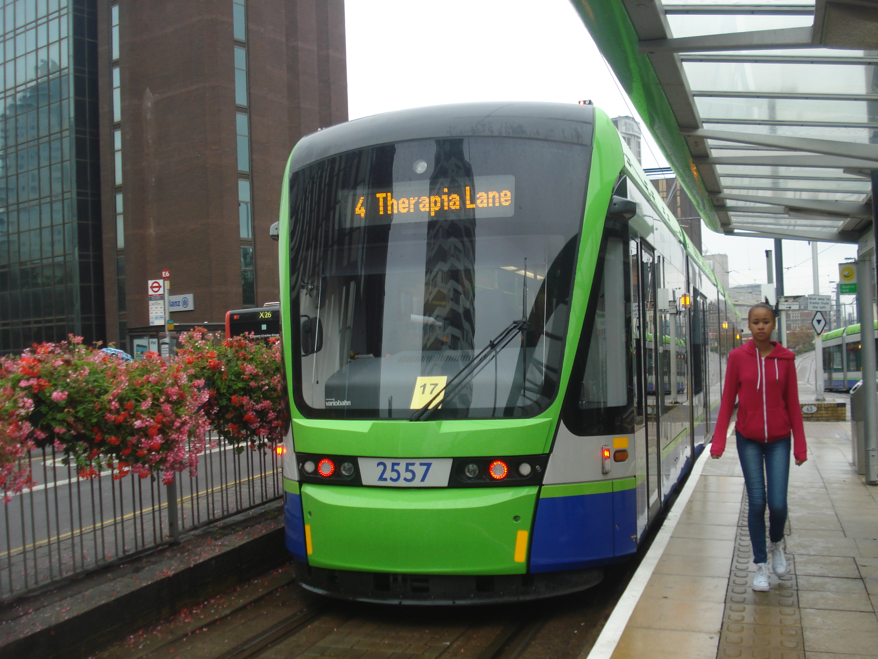 File:Au Morandarte Flickr Tramlink 2557 on Route 4, East Croydon  (9756357683)