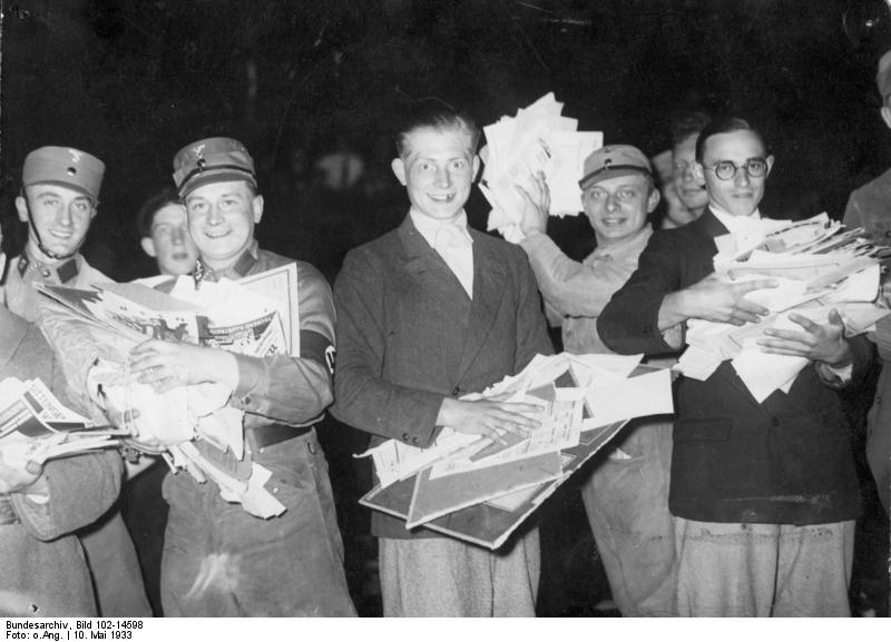 Bücherverbrennung, Bundesarchiv, Bild 102-14598 / CC-BY-SA 3.0 [CC BY-SA 3.0 de (https://creativecommons.org/licenses/by-sa/3.0/de/deed.en)], via Wikimedia Commons