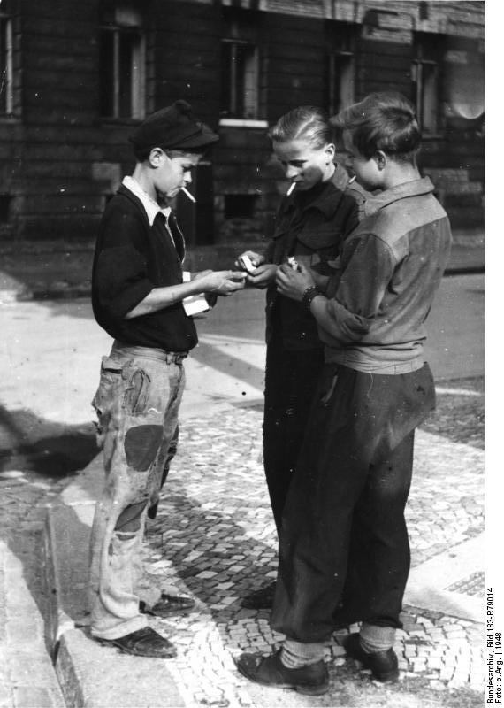 Deutschland 1948 - Jugendliche handeln mit Zigaretten - Quelle: Bundesarchiv, WikiCommons