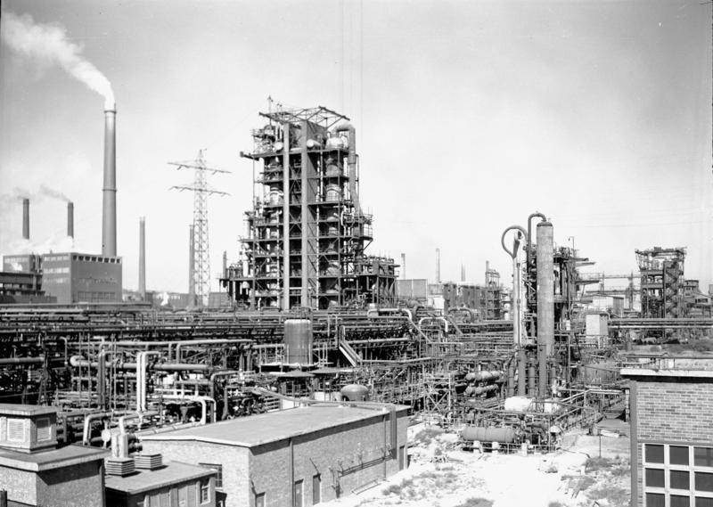 Histoire : les stations-service Minol Bundesarchiv_DH_2_Bild-F-01930%2C_Leuna-Werke%2C_Destillationsanlagen