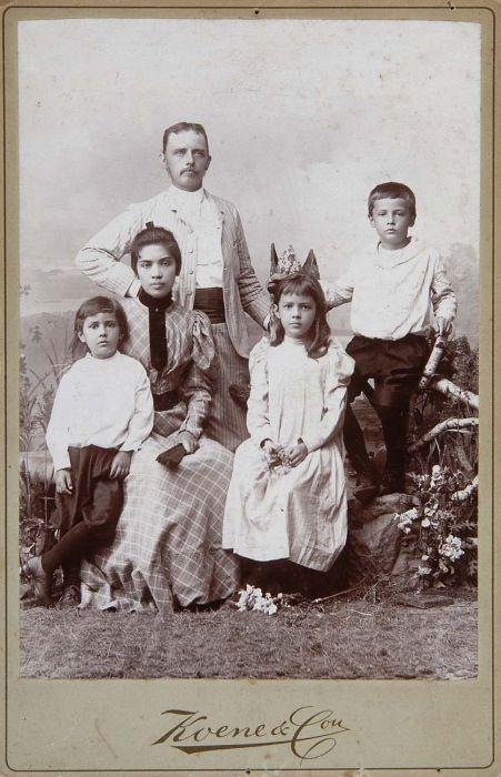 https://upload.wikimedia.org/wikipedia/commons/3/32/COLLECTIE_TROPENMUSEUM_Studioportret_van_een_Indo-Europese_familie_TMnr_60050185.jpg