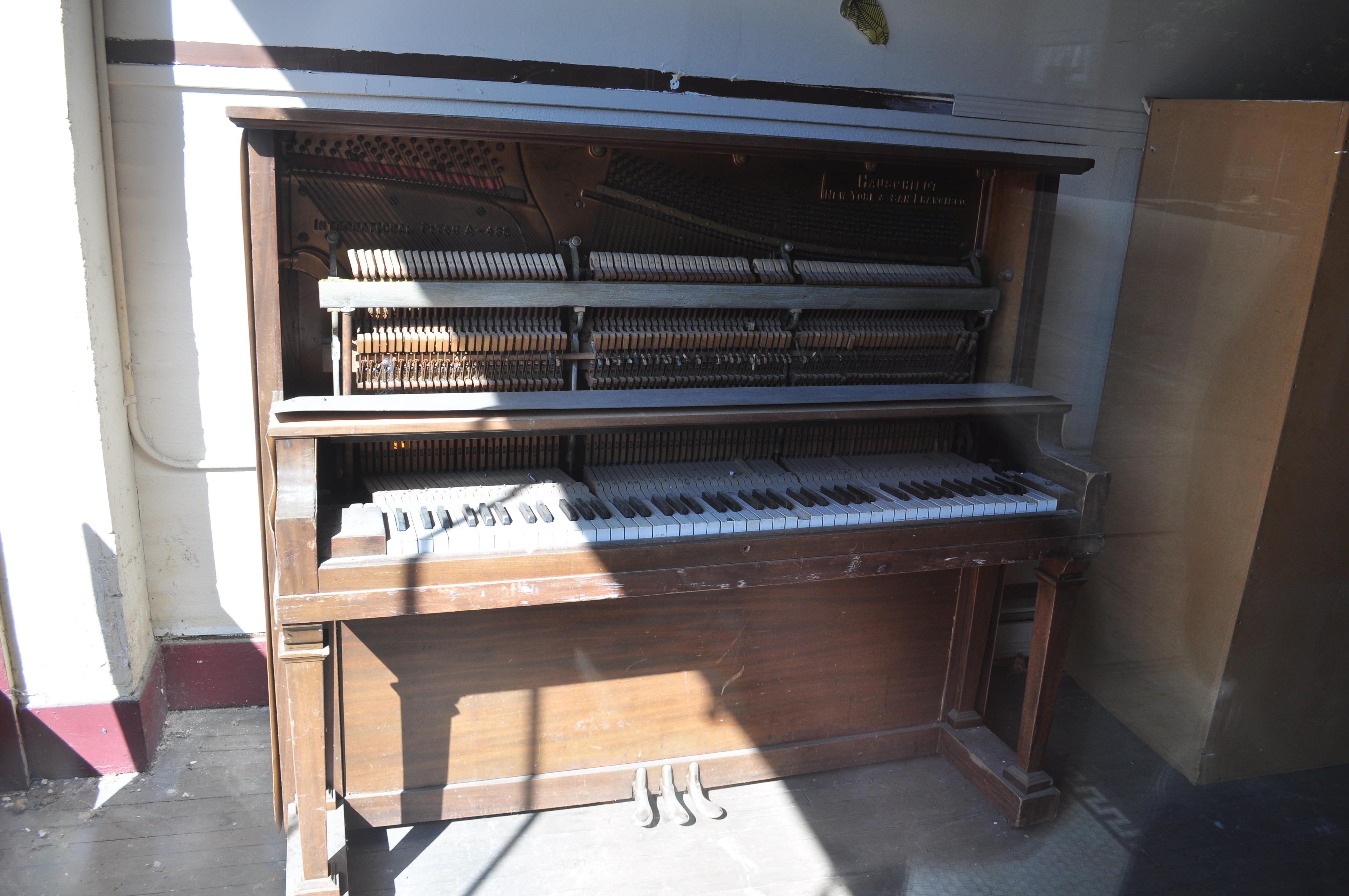 File centralia wa old upright piano wikimedia for Dimensions of an upright piano