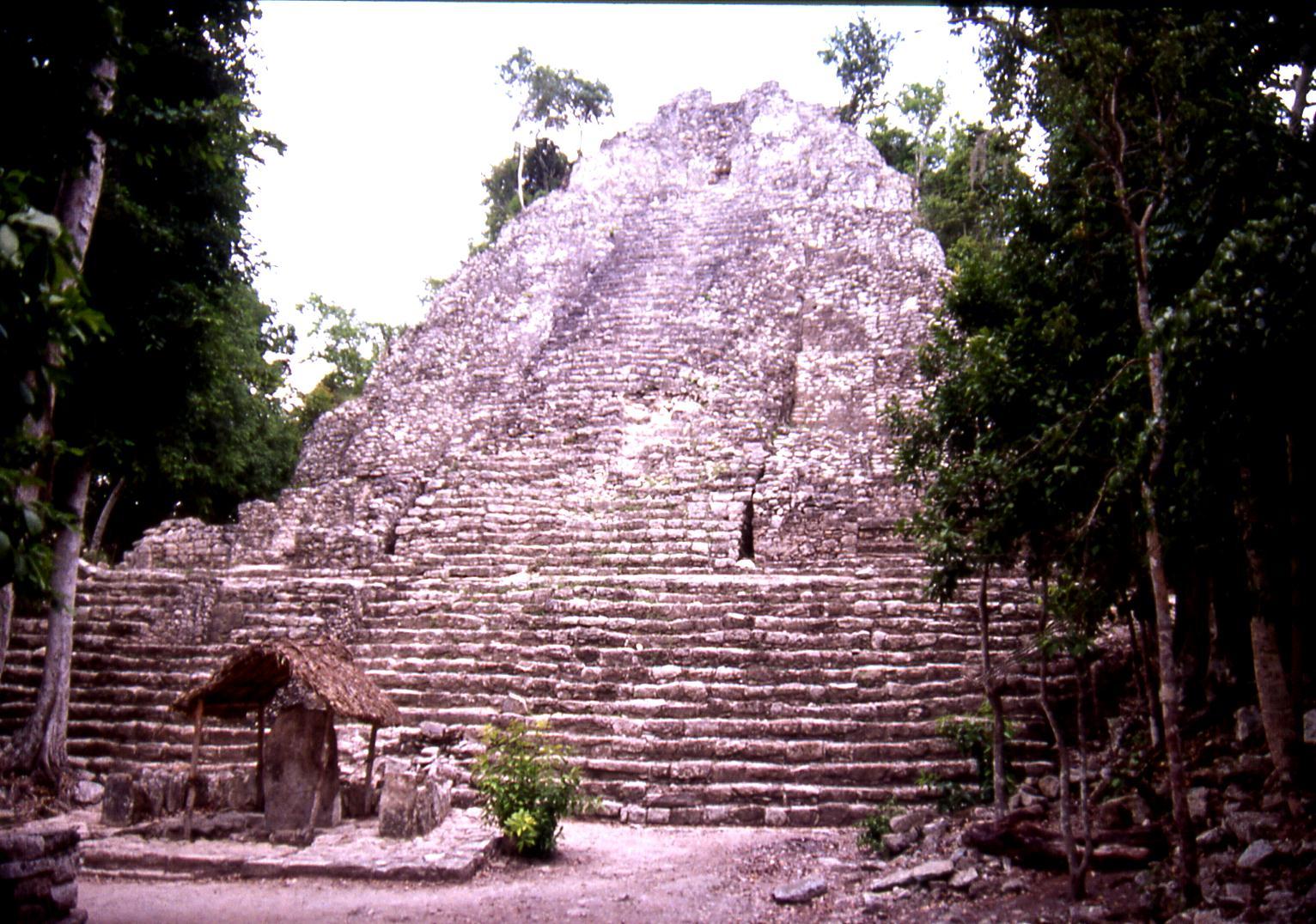 File:Cobá, Pyramide de Cobá 001 L.D.jpg - Wikimedia Commons