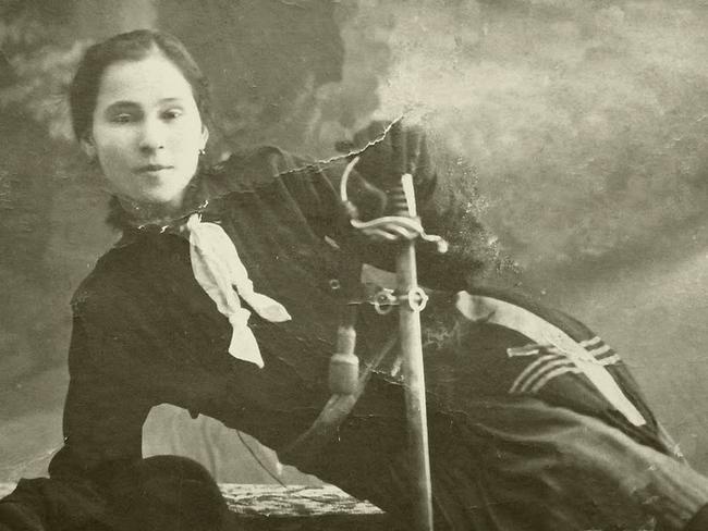 """Ecaterina Teodoroiu în costum de cercetaș. 1916. Muzeul Militar """"Regele Ferdinand"""". Sursă foto: wikipedia."""