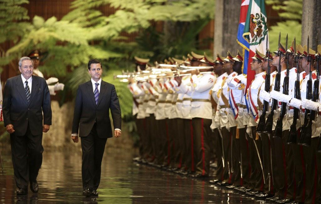 Enrique Peña Nieto y Raúl Castro. Recepción en La Habana, Cuba.jpg