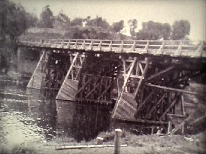 Brücke über die Saar und den Saarkanal, verbindet die Orte Kleinblittersdorf und Grosbliederstroff, Behelfsbrücke während der Kriegsjahre 1940-1944 aus Holz.