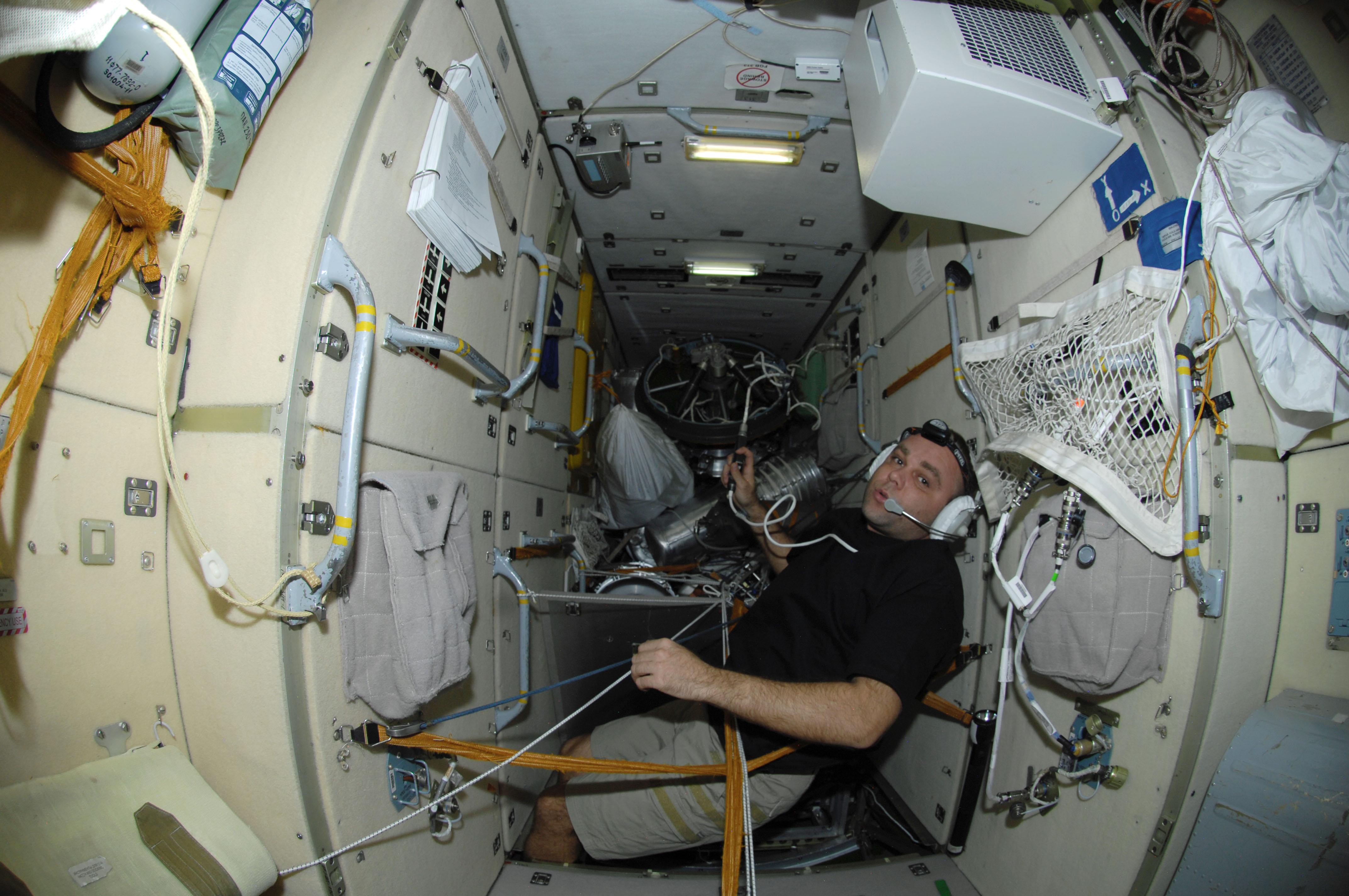 "Proton-M (MLM-U ""Nauka"") - Octobre / Novembre 2020 - Page 4 ISS-21_Maxim_Suraev_in_the_Zarya_module"