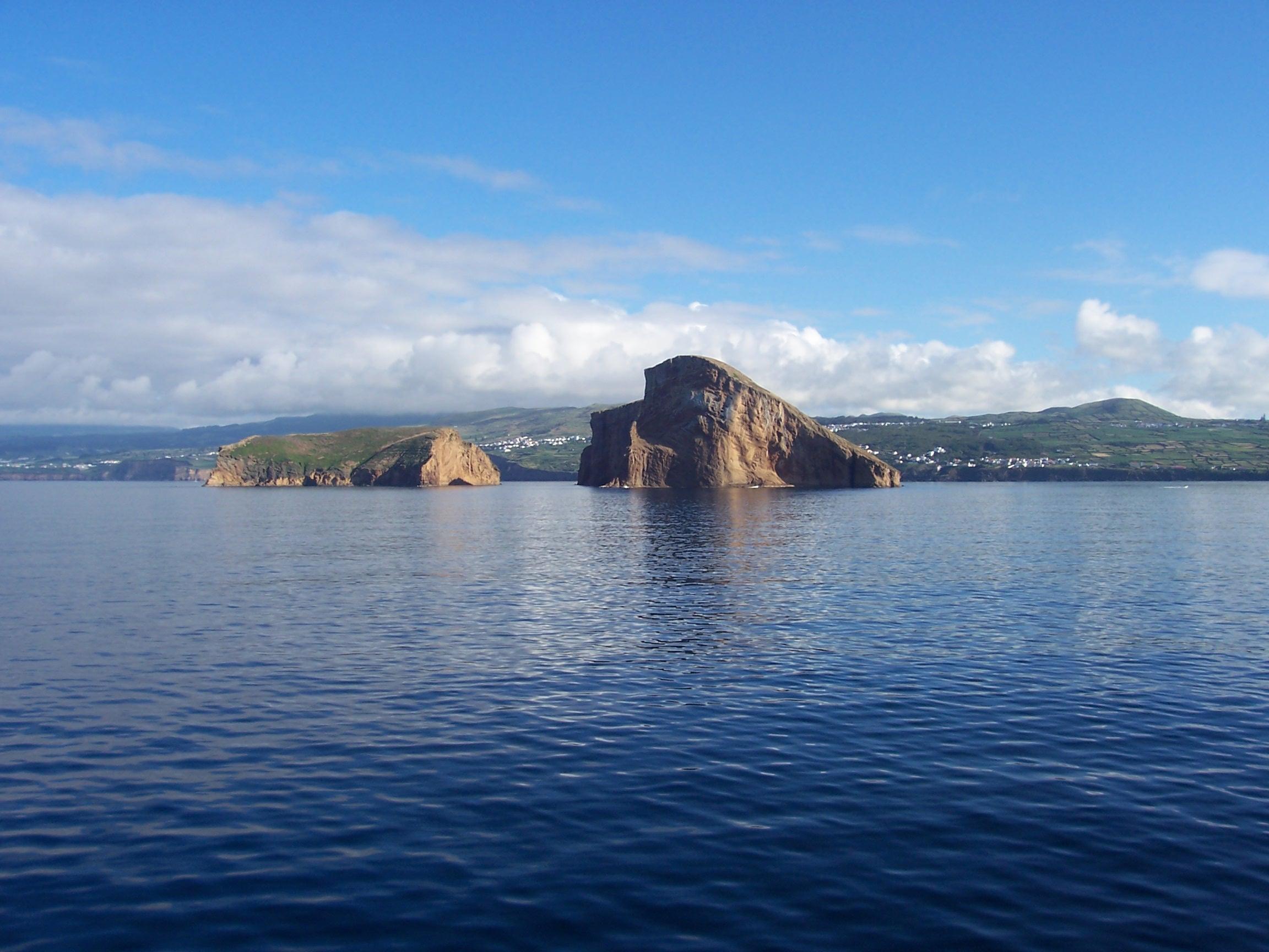 http://upload.wikimedia.org/wikipedia/commons/3/32/Ilh%C3%A9us_das_Cabras,_vistos_do_Mar,_ilha_Terceira,_A%C3%A7ores,_2.JPG