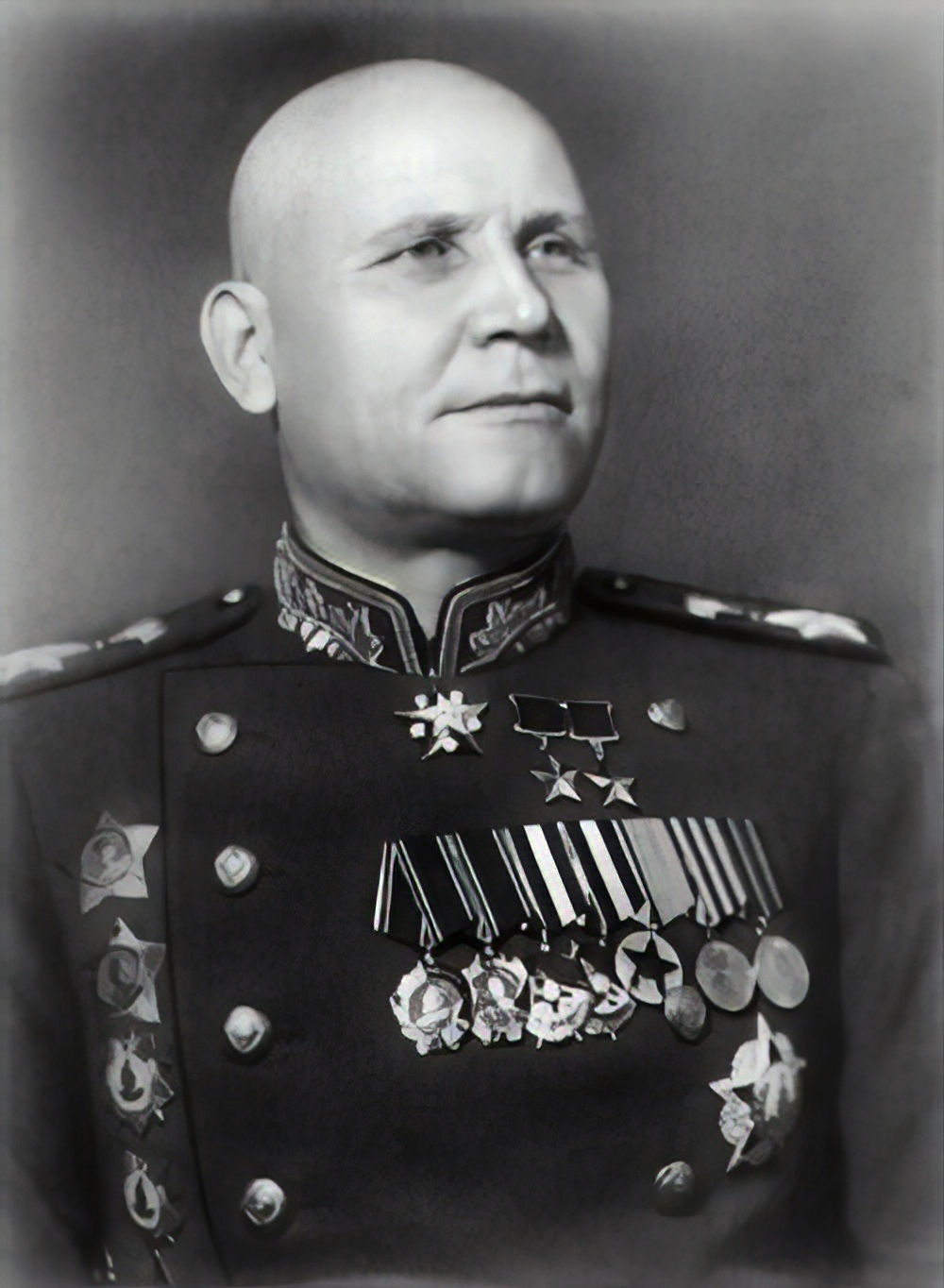 Konev também era de origem camponesa. Ele serviu como recruta no Exército Imperial Russo durante a Primeira Guerra Mundial e no Exército Vermelho durante a Guerra Civil Russa.