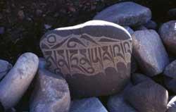 Bön-Mani-Stein mit dem Mantra Om ma tri mu ye sa le du.
