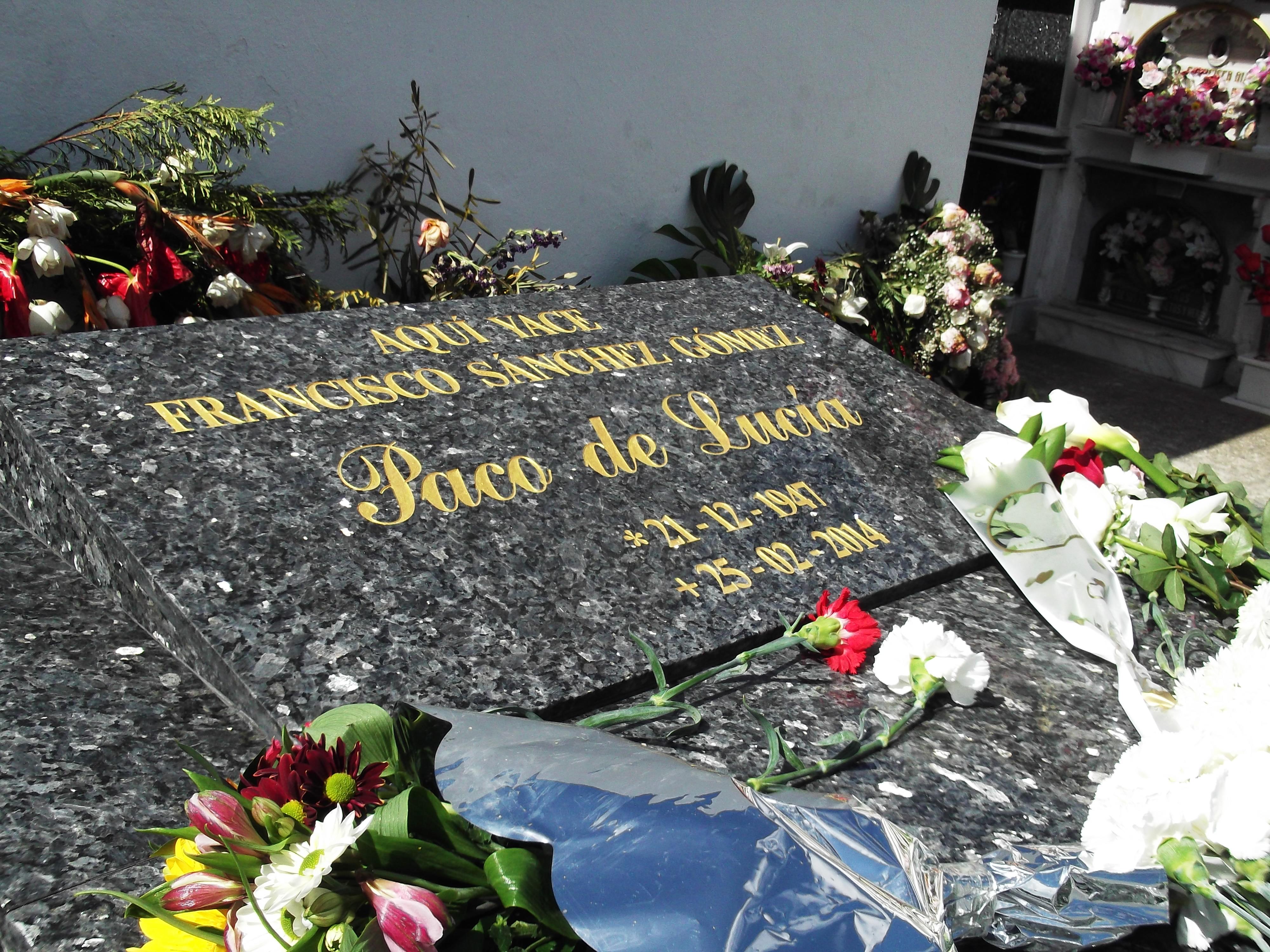 """Lápida de """"Paco de Lucía"""" en el Cementerio Viejo de Algeciras."""