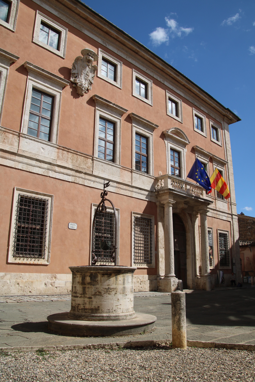 Palazzo Chigi Zondadari (San Quirico d'Orcia) esterno 6.jpg