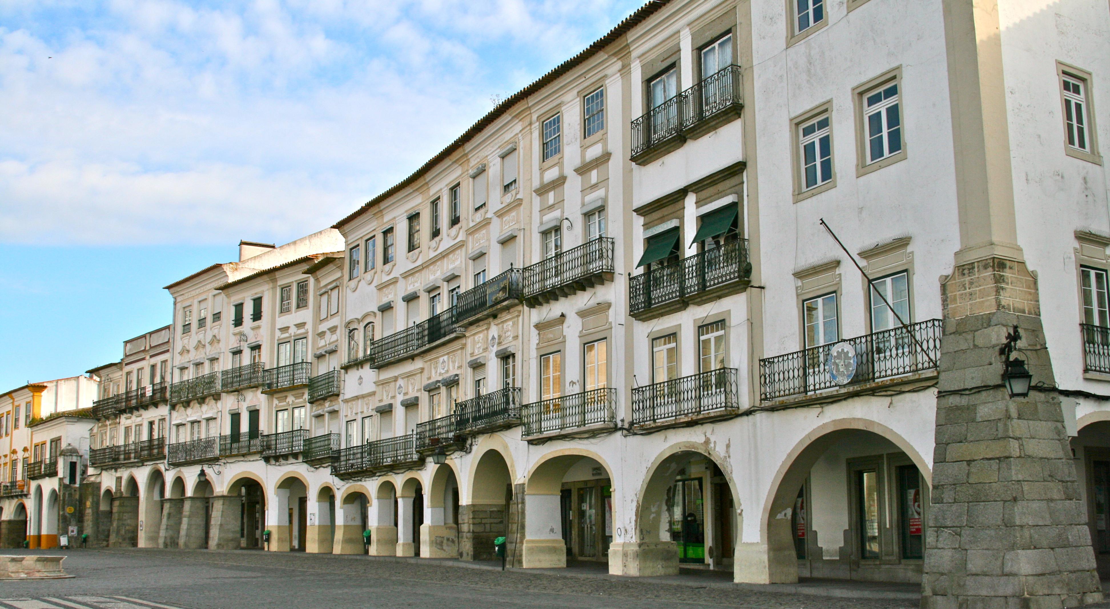 Pueblos de España que merecen ser visitados - Página 4 Pra%C3%A7a_de_Giraldo%2C_Evora_%2810250693386%29_%28cropped%29