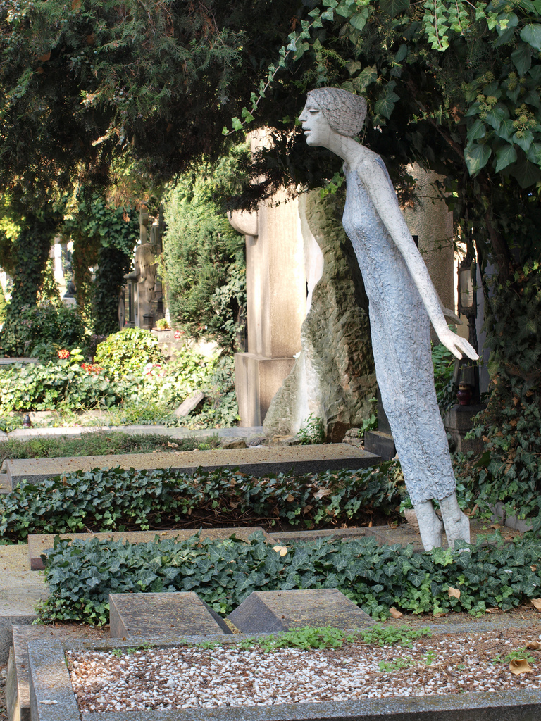 Une des sépultures originales du cimetière de Vysehrad semblent aussi légère qu'une âme sur le départ - Photo de Mararie