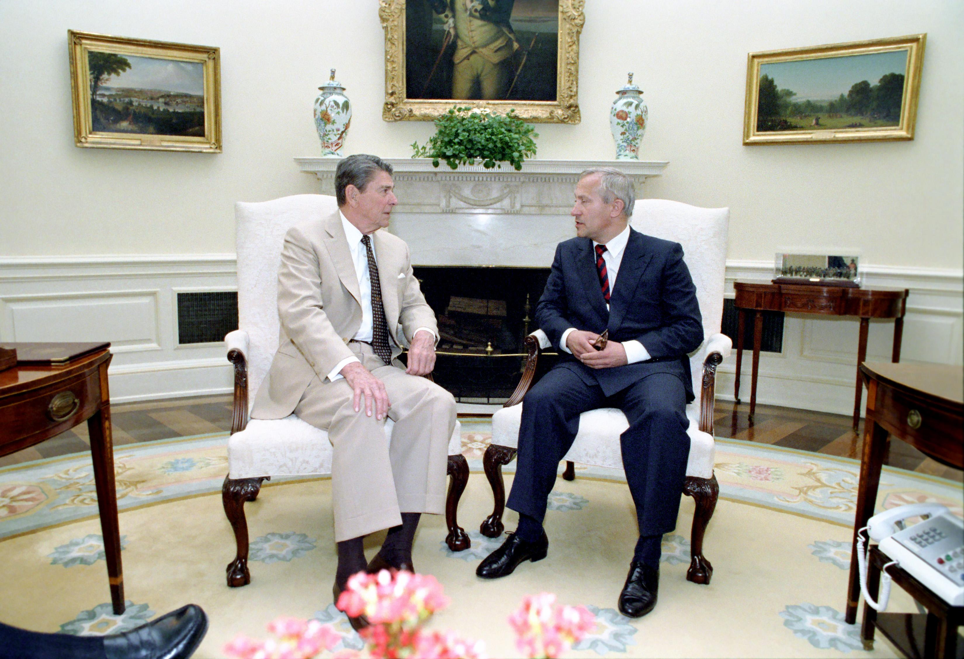reagan oval office. File:Reagan\u0027s Meeting With Oleg Gordievsky In The Oval Office (15).jpg Reagan