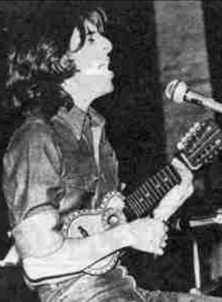 Roque Narvaja en 1977, tocando el charango (fotografía de la revista ''Pelo'').