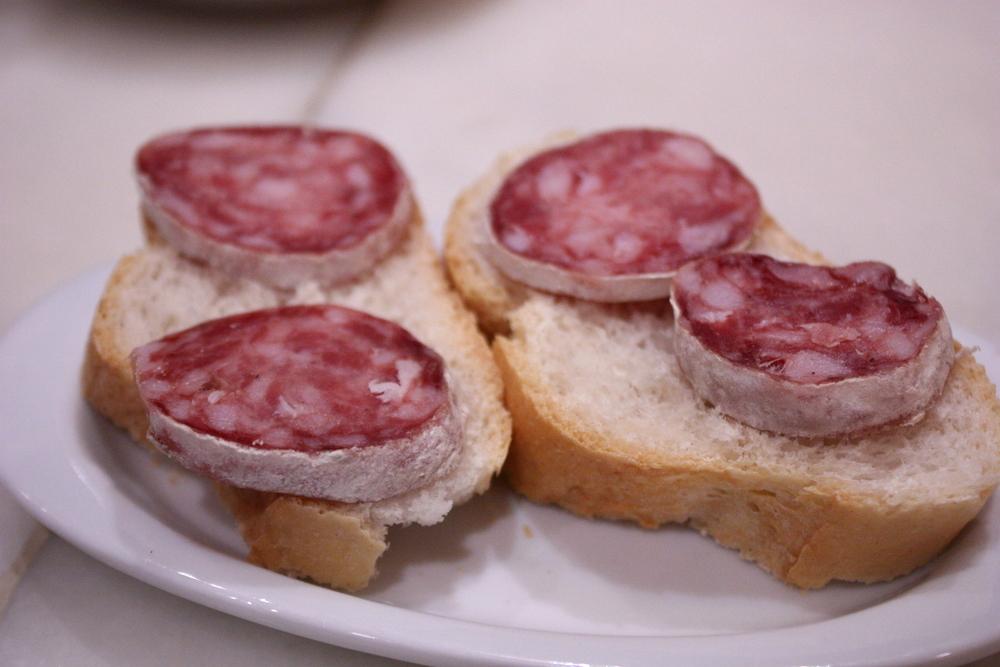https://upload.wikimedia.org/wikipedia/commons/3/32/Tapas_de_salchichon.jpg