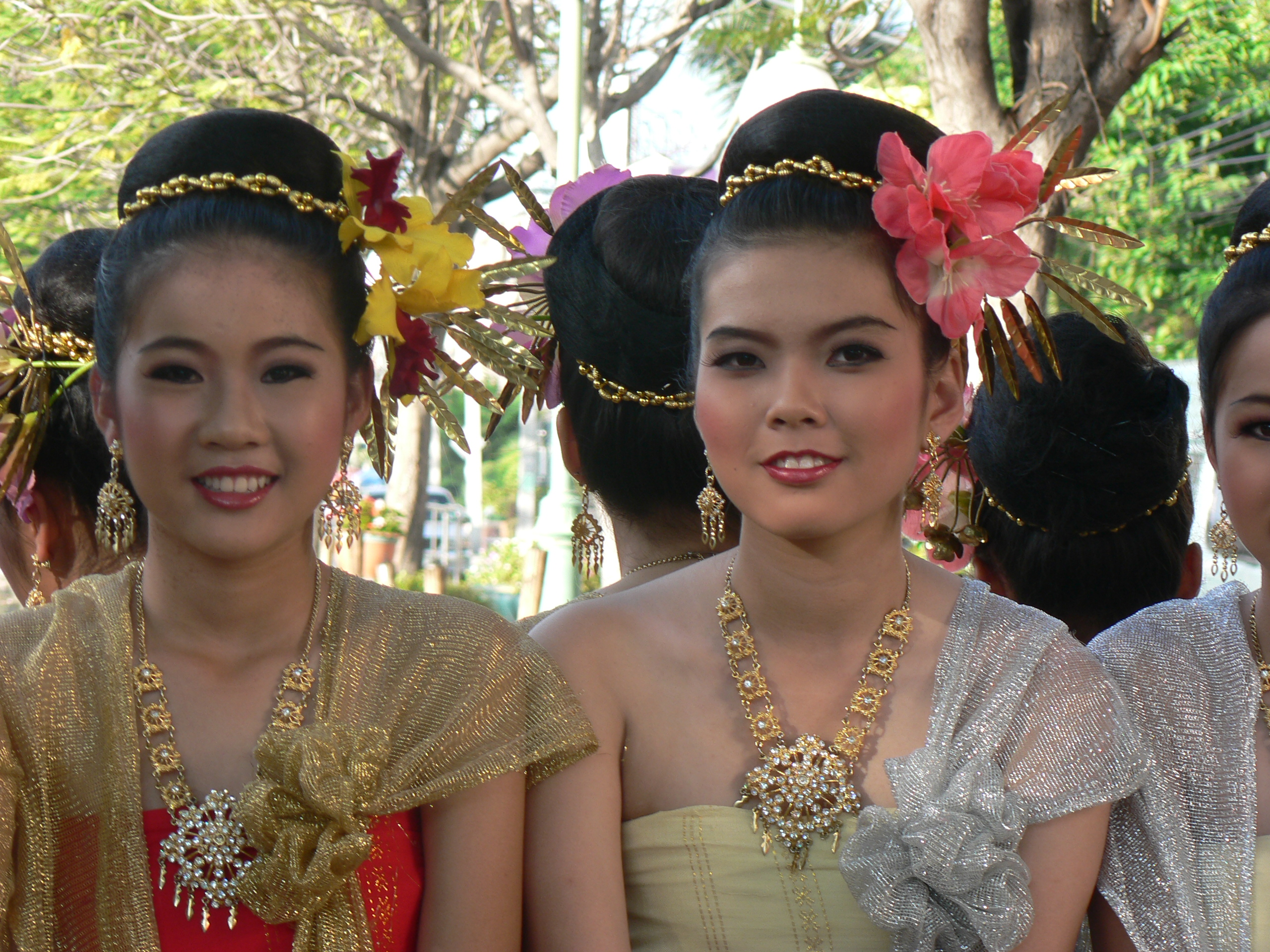 FileThai Girls In Traditional Costumes Chiang Mai 2005 032