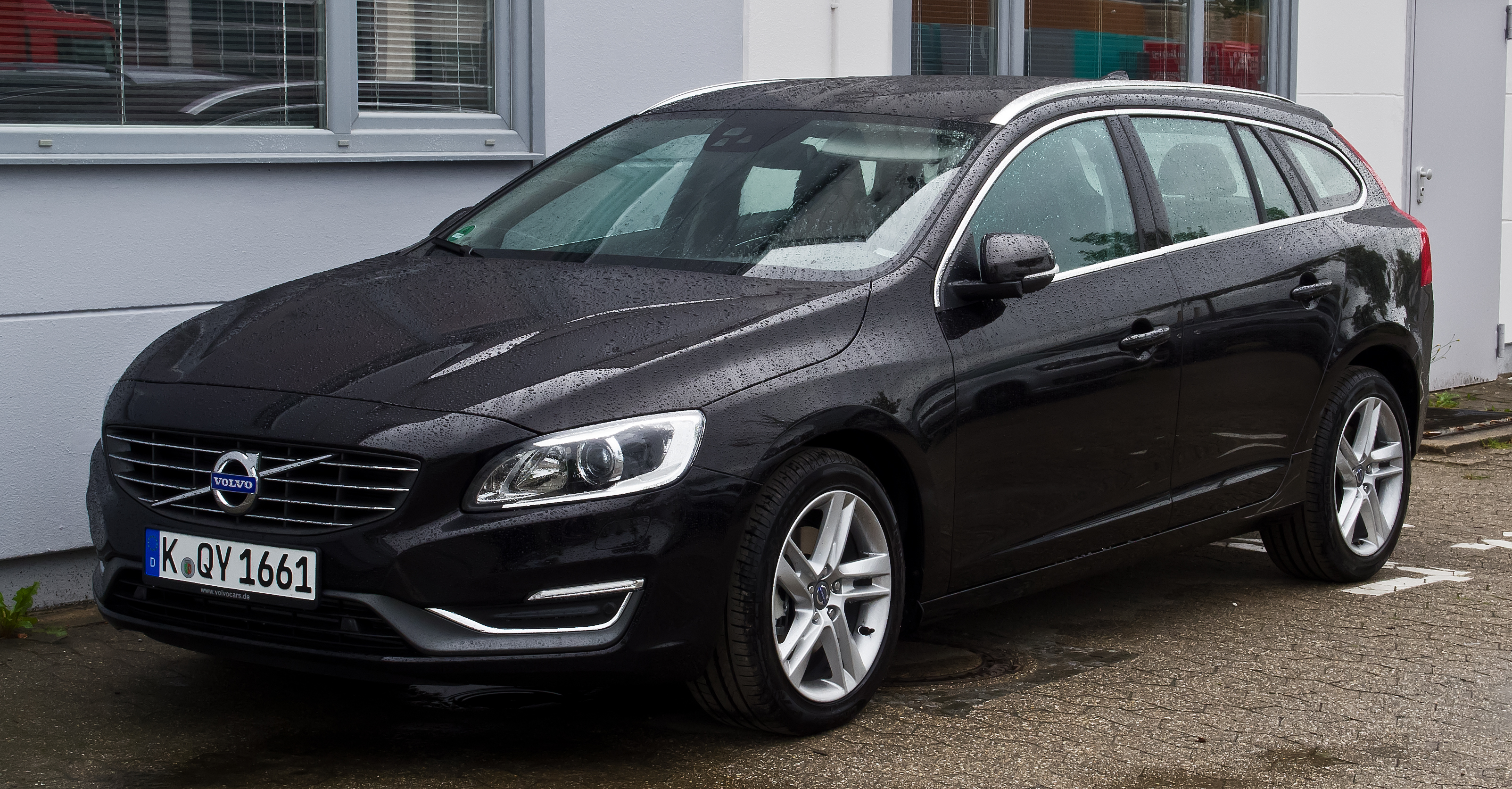 file volvo v60 d4 summum facelift frontansicht 18 august 2013 wikimedia commons. Black Bedroom Furniture Sets. Home Design Ideas