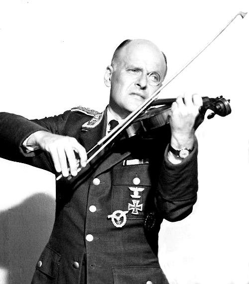 Werner_Klemperer_in_1965_Hogan's_Heroes.