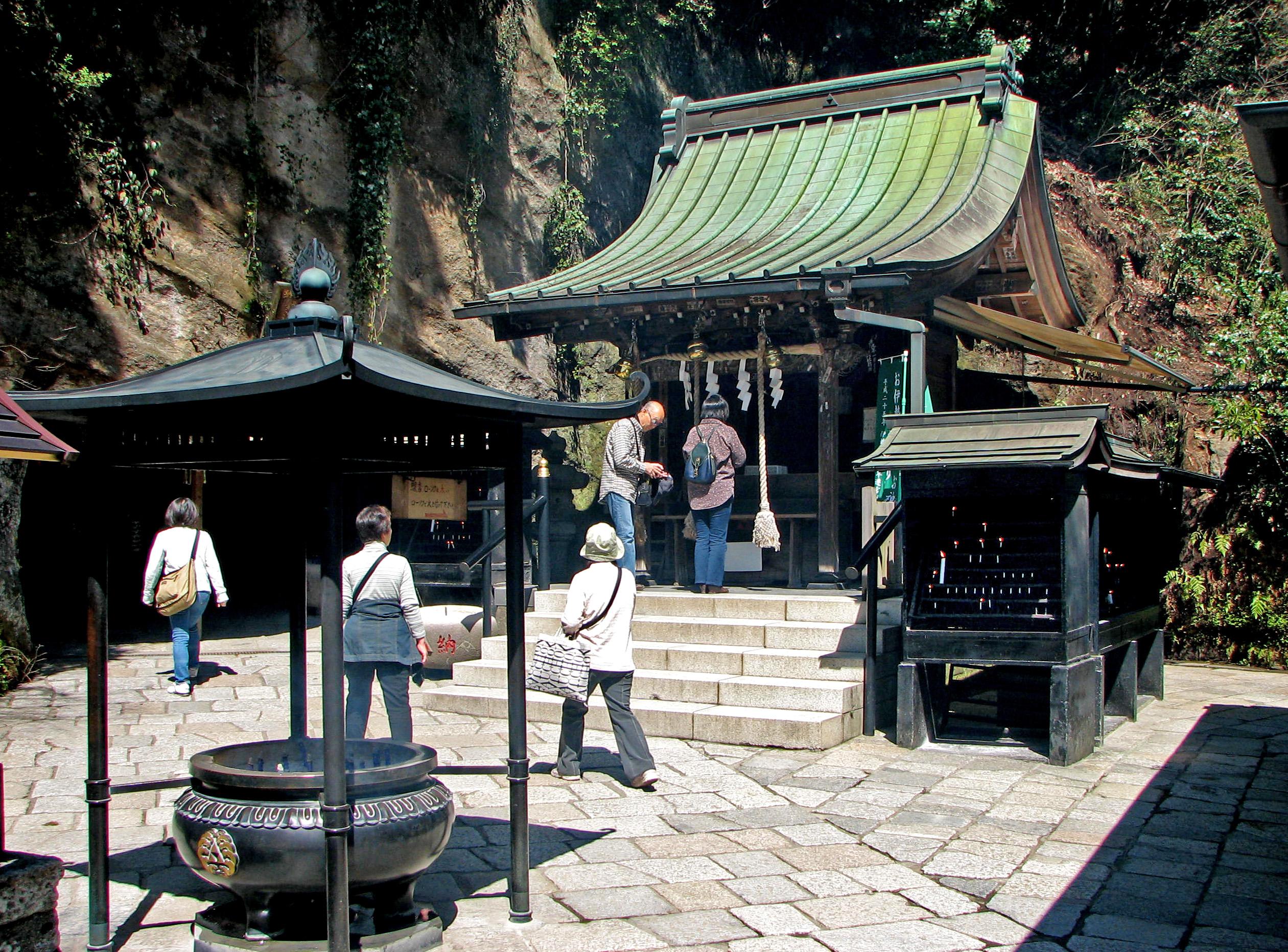 http://upload.wikimedia.org/wikipedia/commons/3/32/Zeniarai_Benten_shrine.jpg