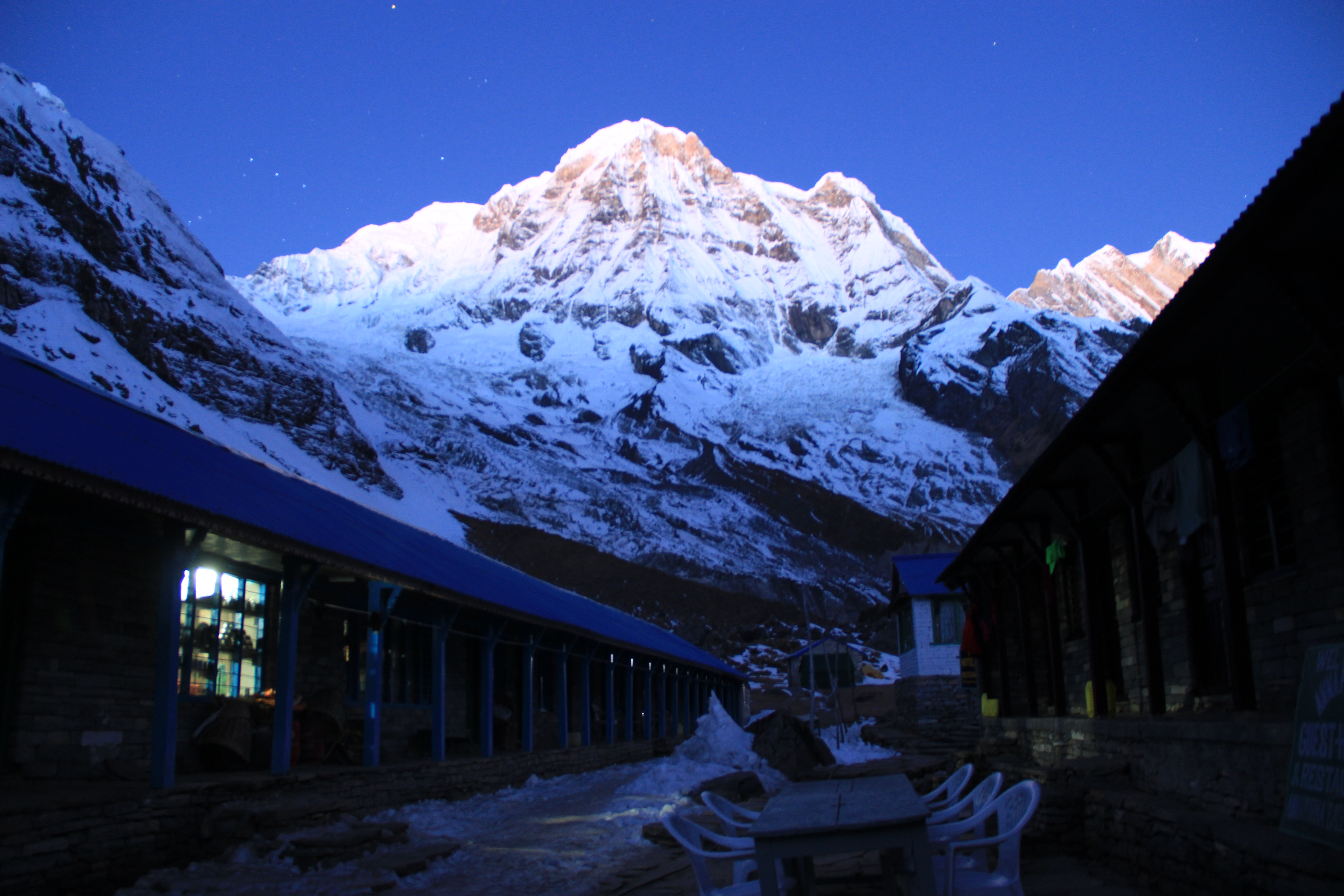 https://upload.wikimedia.org/wikipedia/commons/3/33/Annapurna_Base_Camp_(11).JPG